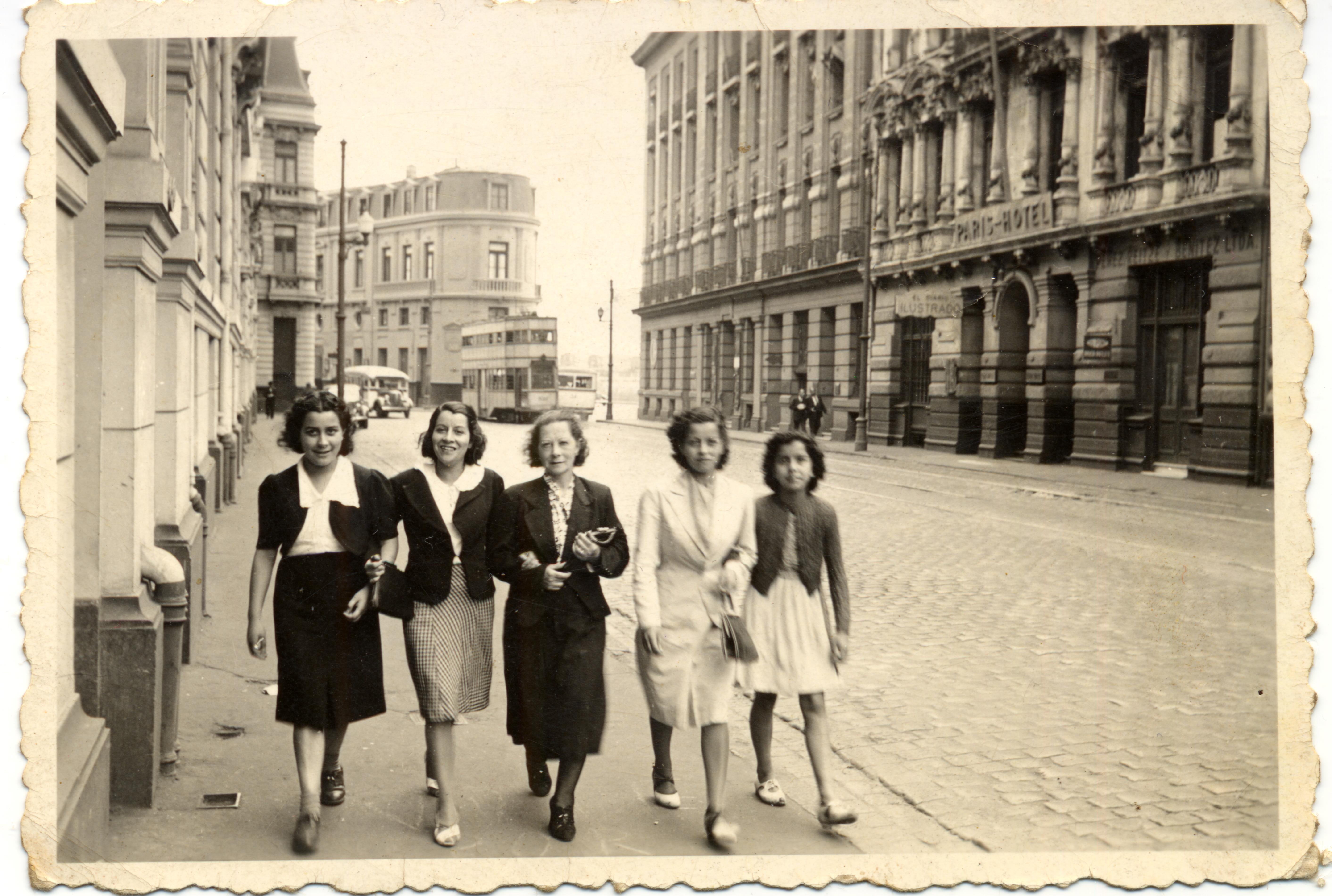 Enterreno - Fotos históricas de chile - fotos antiguas de Chile - Calle Blanco de Valparaiso circa 1940