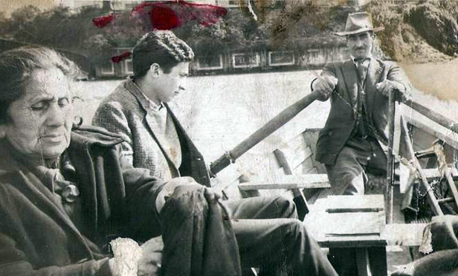 Enterreno - Fotos históricas de chile - fotos antiguas de Chile - Botero en el Río Calle Calle en 1955