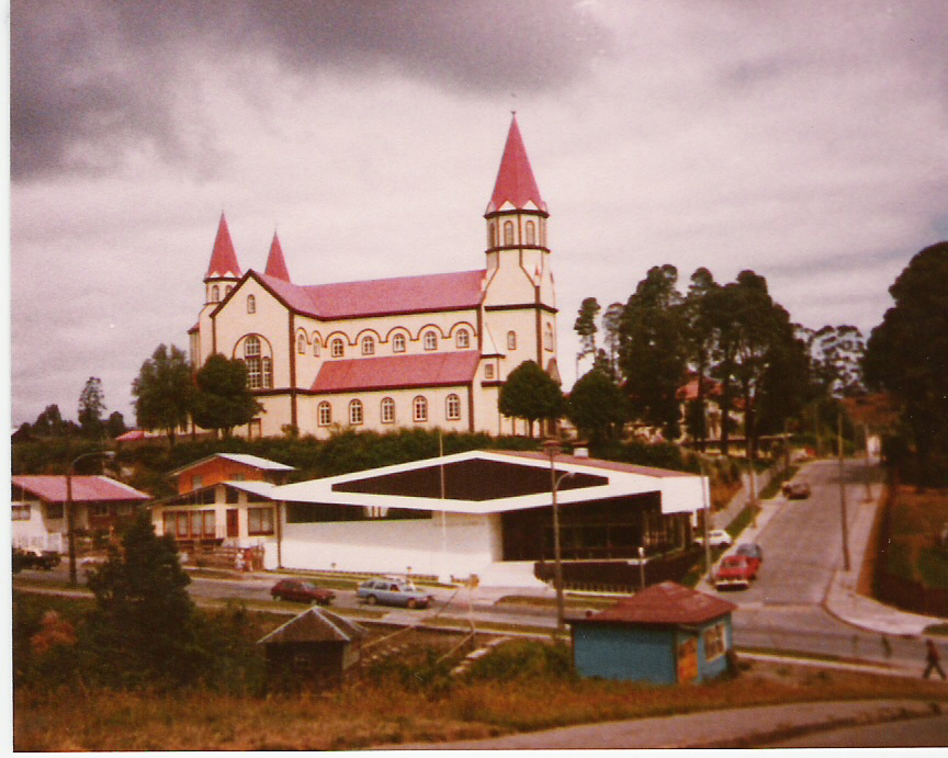 Enterreno - Fotos históricas de chile - fotos antiguas de Chile - Iglesia Sagrado Corazón, Puerto Varas, 1983