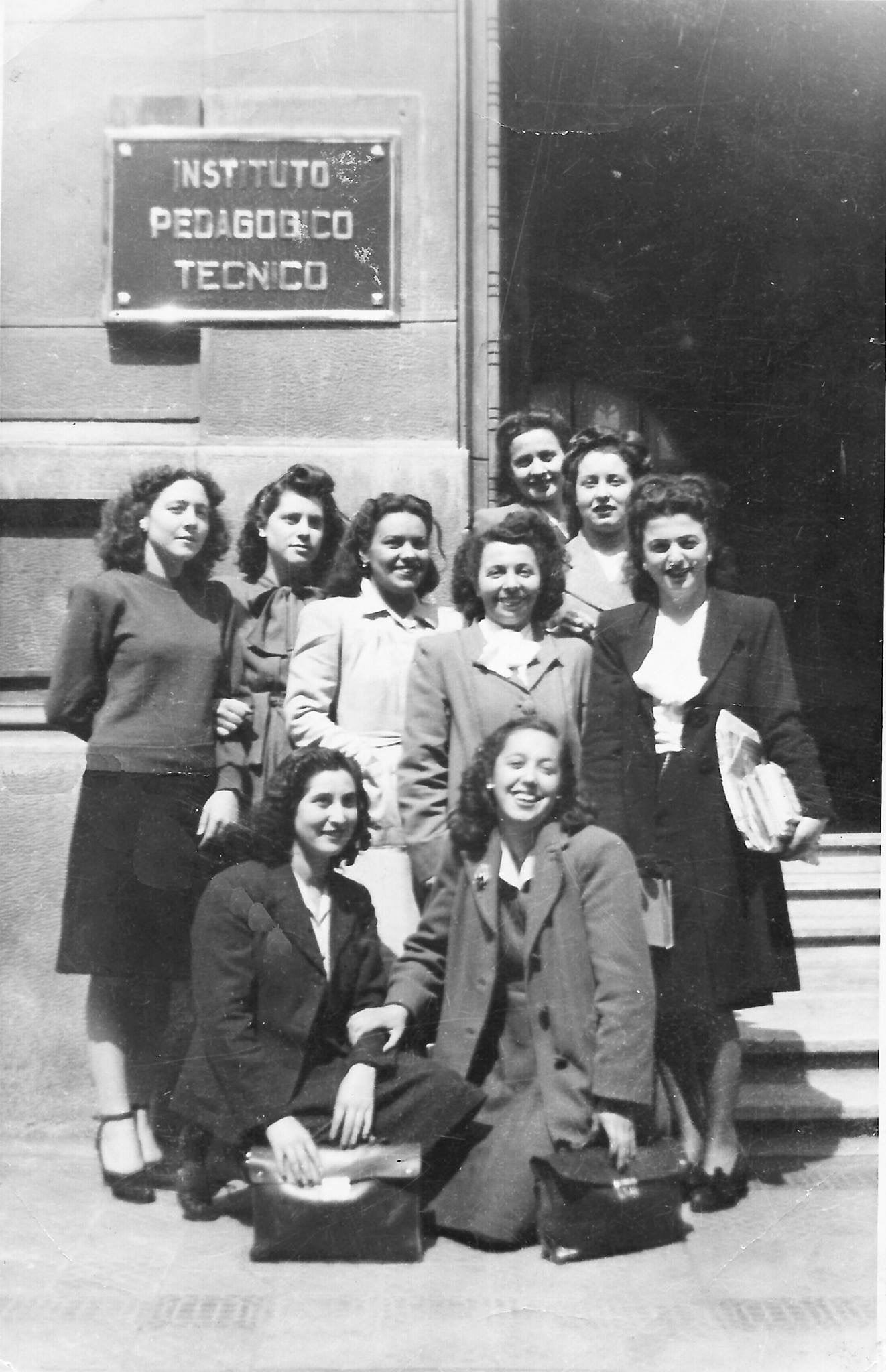Enterreno - Fotos históricas de chile - fotos antiguas de Chile - Alumnas de IPT, Santiago en 1949
