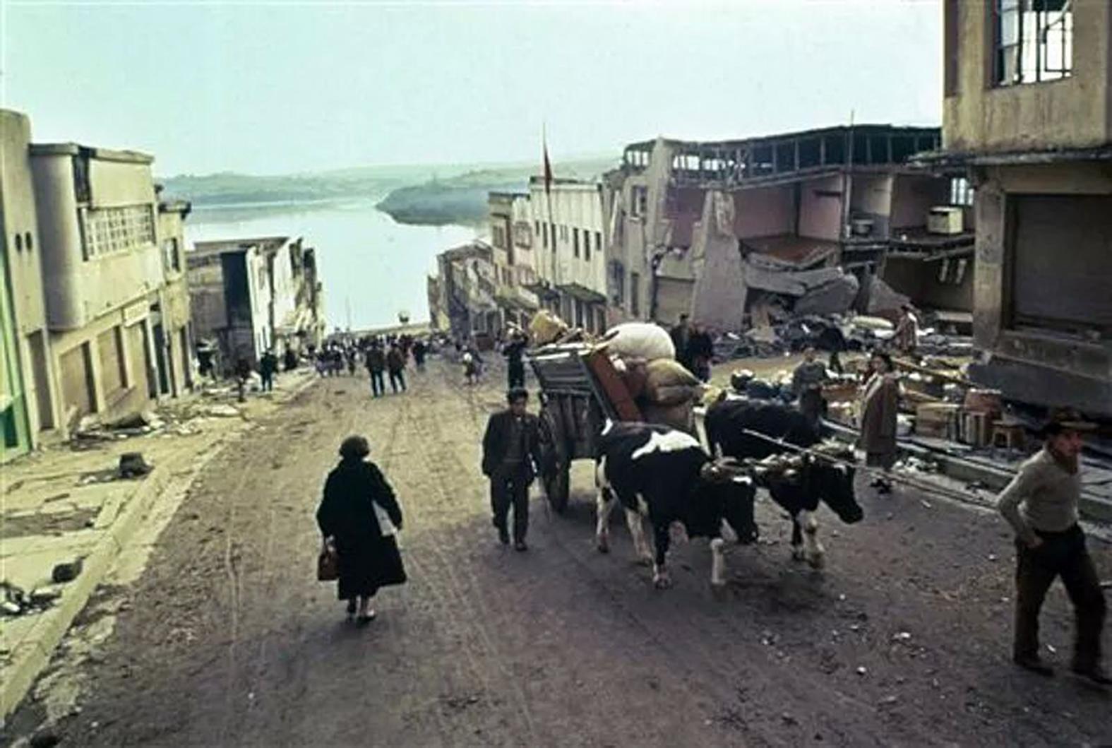 Enterreno - Fotos históricas de chile - fotos antiguas de Chile - Calle Blanco en Castro en 1960