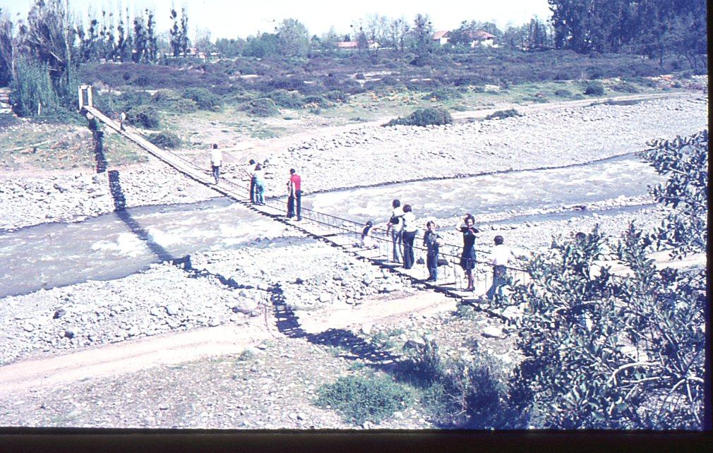 Enterreno - Fotos históricas de chile - fotos antiguas de Chile - Puente Colgante SSCC Manquehueen 1980
