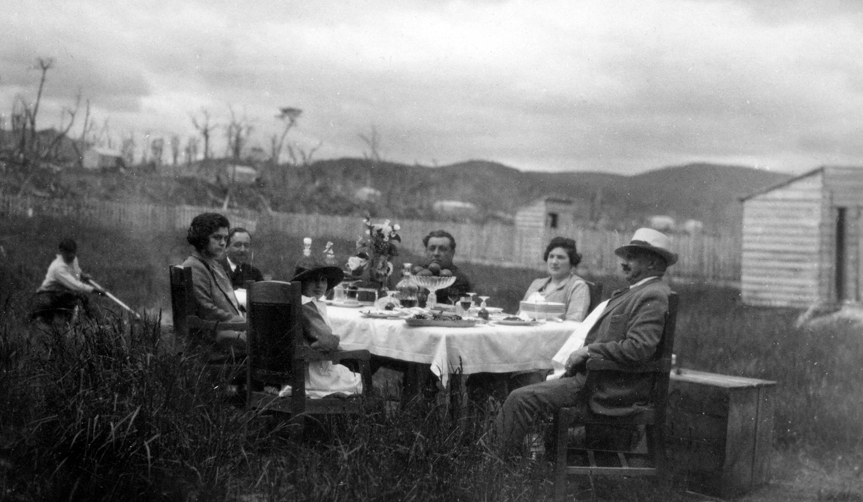 Enterreno - Fotos históricas de chile - fotos antiguas de Chile - Almuerzo Campestre en Puerto Yartou ca. 1910