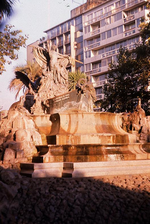 Enterreno - Fotos históricas de chile - fotos antiguas de Chile - Fuente Alemana en 1989