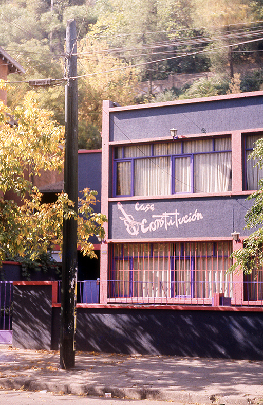 Enterreno - Fotos históricas de chile - fotos antiguas de Chile - Edificio del Barrio Bellavista en 1989
