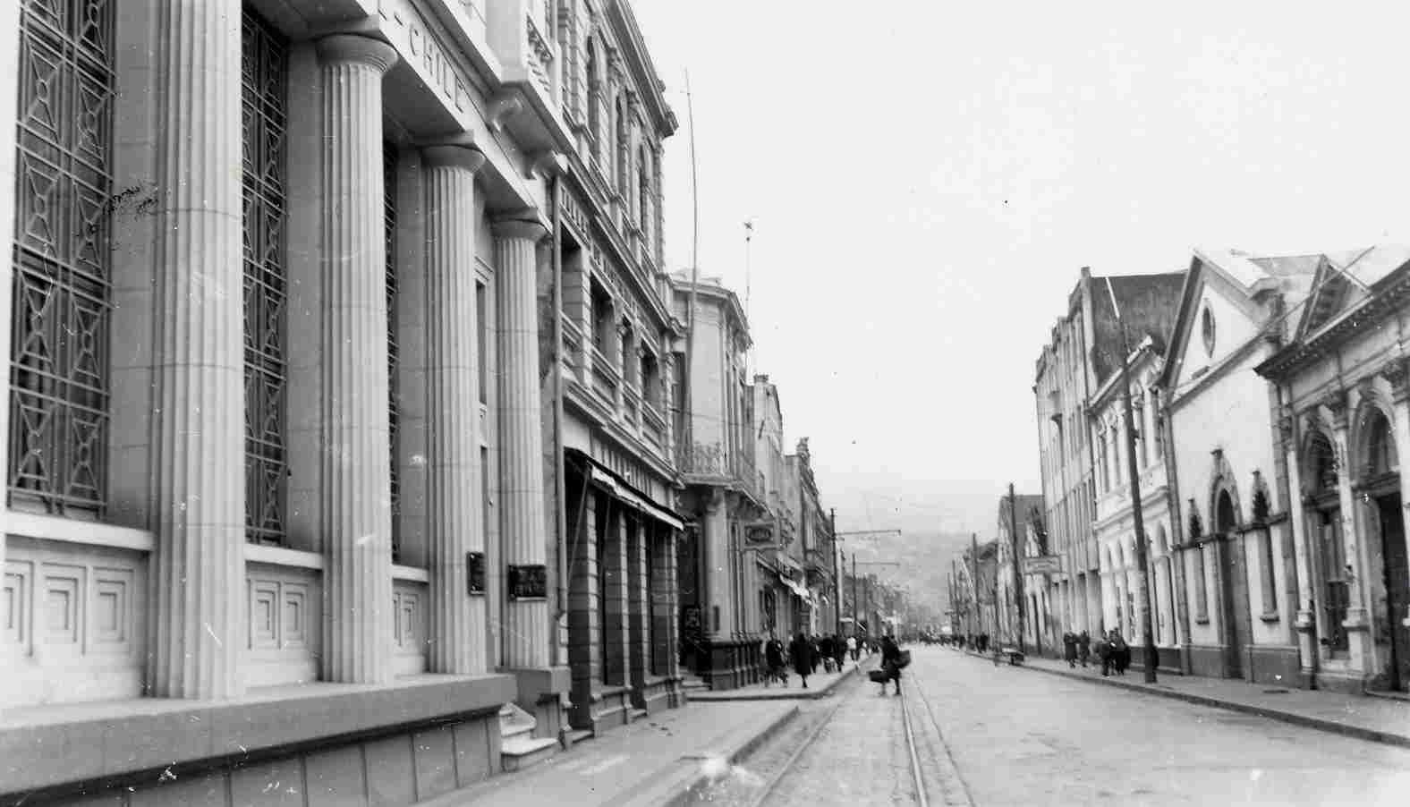 Enterreno - Fotos históricas de chile - fotos antiguas de Chile - Calle Colón de Talcahuano en 1957