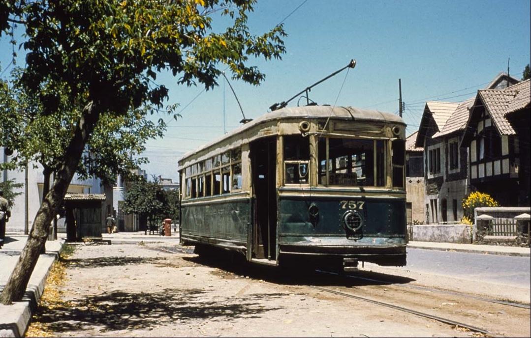 Enterreno - Fotos históricas de chile - fotos antiguas de Chile - Tranvía 757 en Calle del Arzobispo