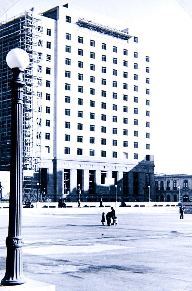 Enterreno - Fotos históricas de chile - fotos antiguas de Chile - Construcción del Hotel Carrera en 1940