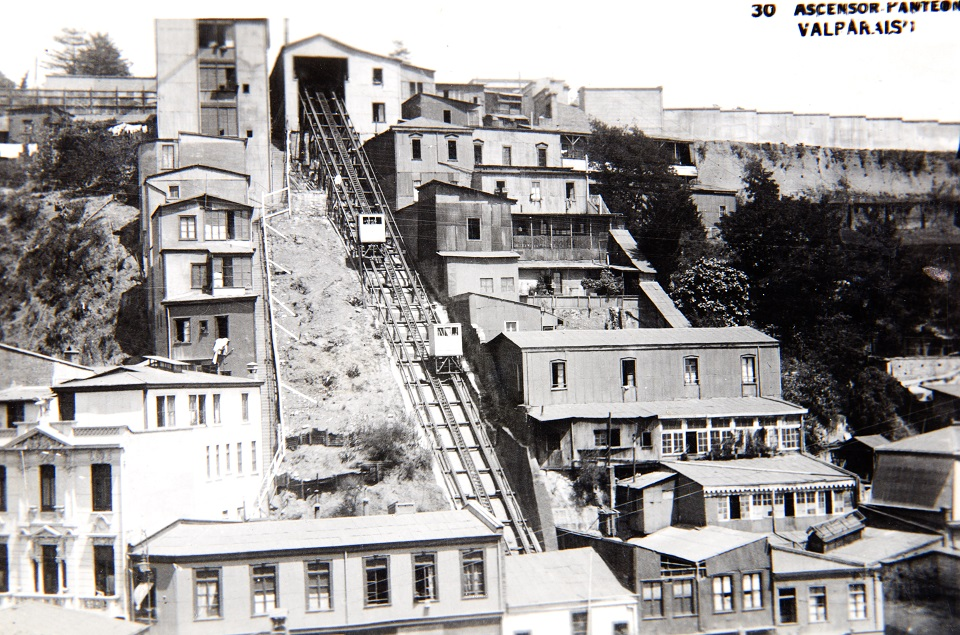 Enterreno - Fotos históricas de chile - fotos antiguas de Chile - Ascensor Panteon de Valparaíso circa 1930