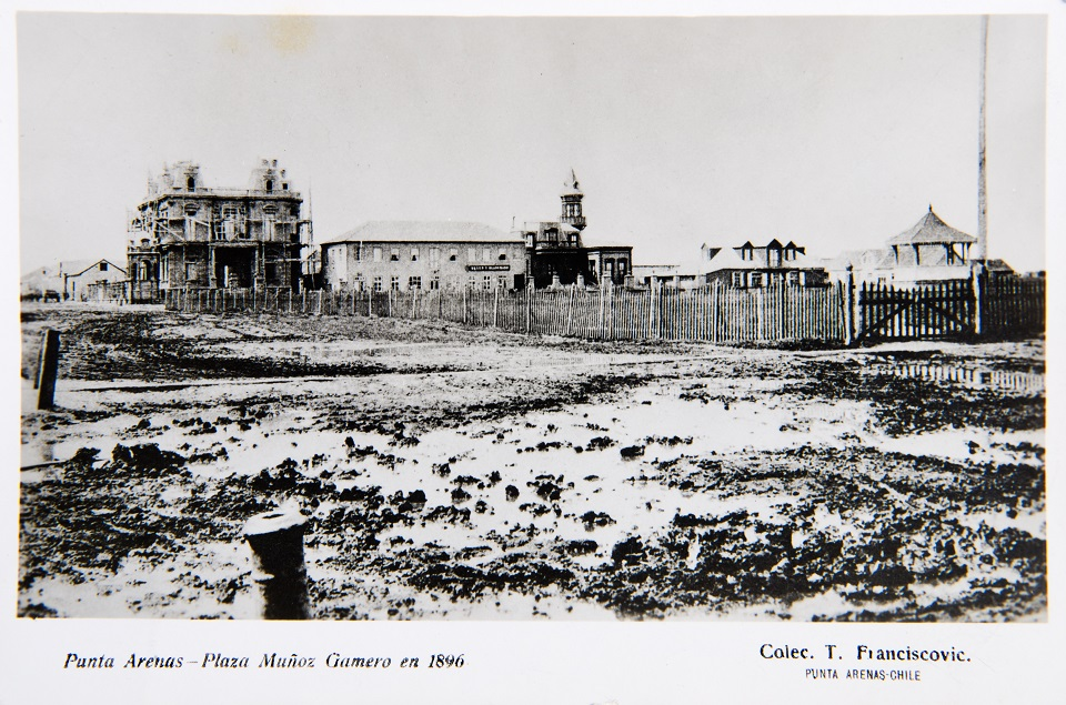 Enterreno - Fotos históricas de chile - fotos antiguas de Chile - Plaza Muñoz Gamero de Punta Arenas en 1896