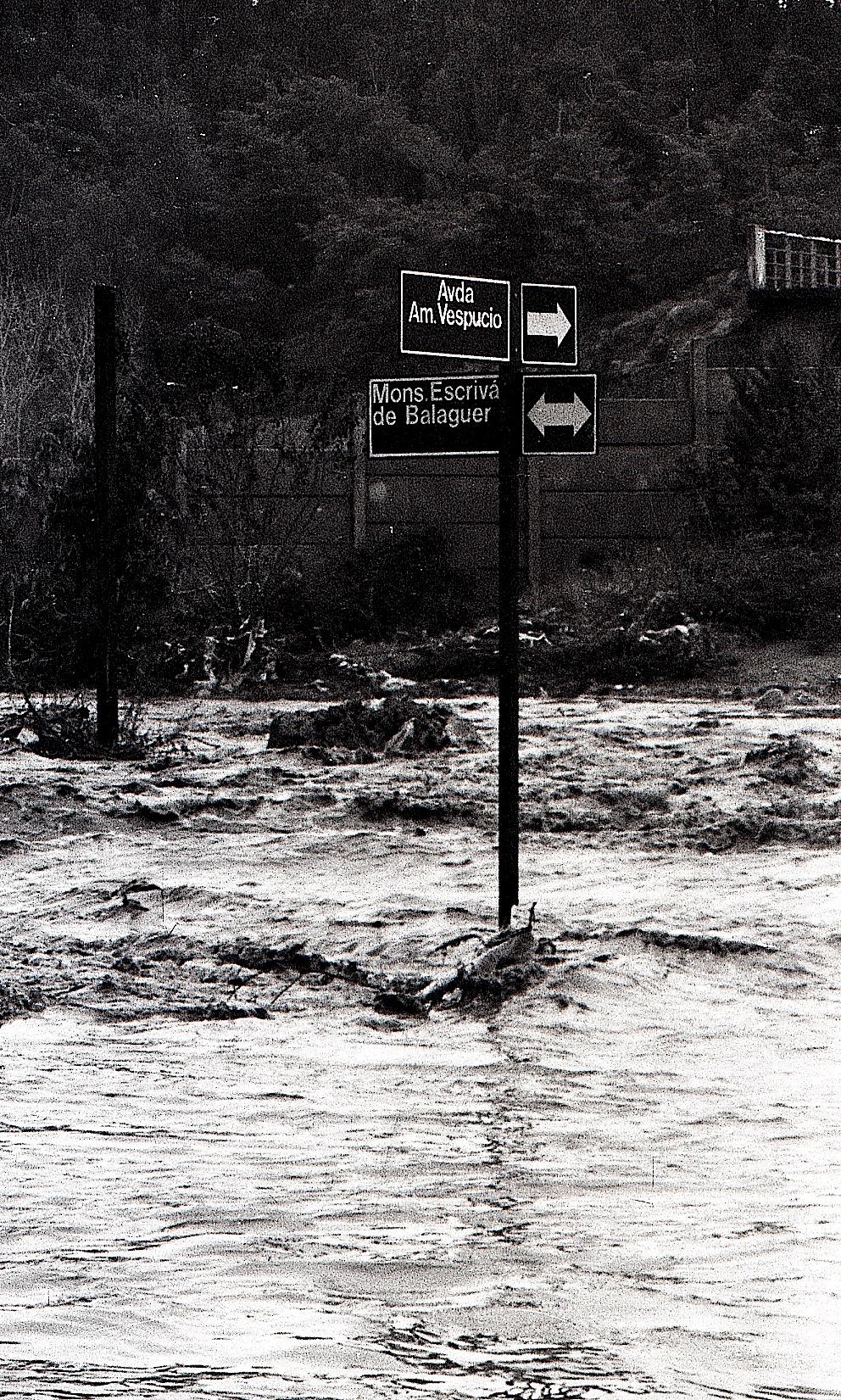 Enterreno - Fotos históricas de chile - fotos antiguas de Chile - Salida del Río Mapocho en 1986