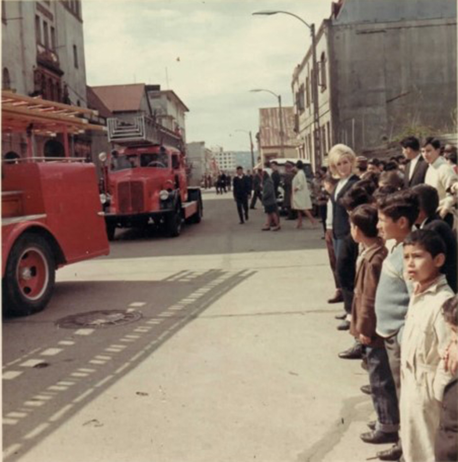 Enterreno - Fotos históricas de chile - fotos antiguas de Chile - Desfile de Bomberos en Santiago en 1967