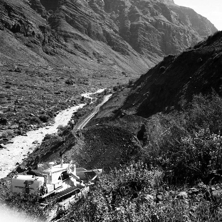 Enterreno - Fotos históricas de chile - fotos antiguas de Chile - Construcción del camino internacional a Mendoza, 1968