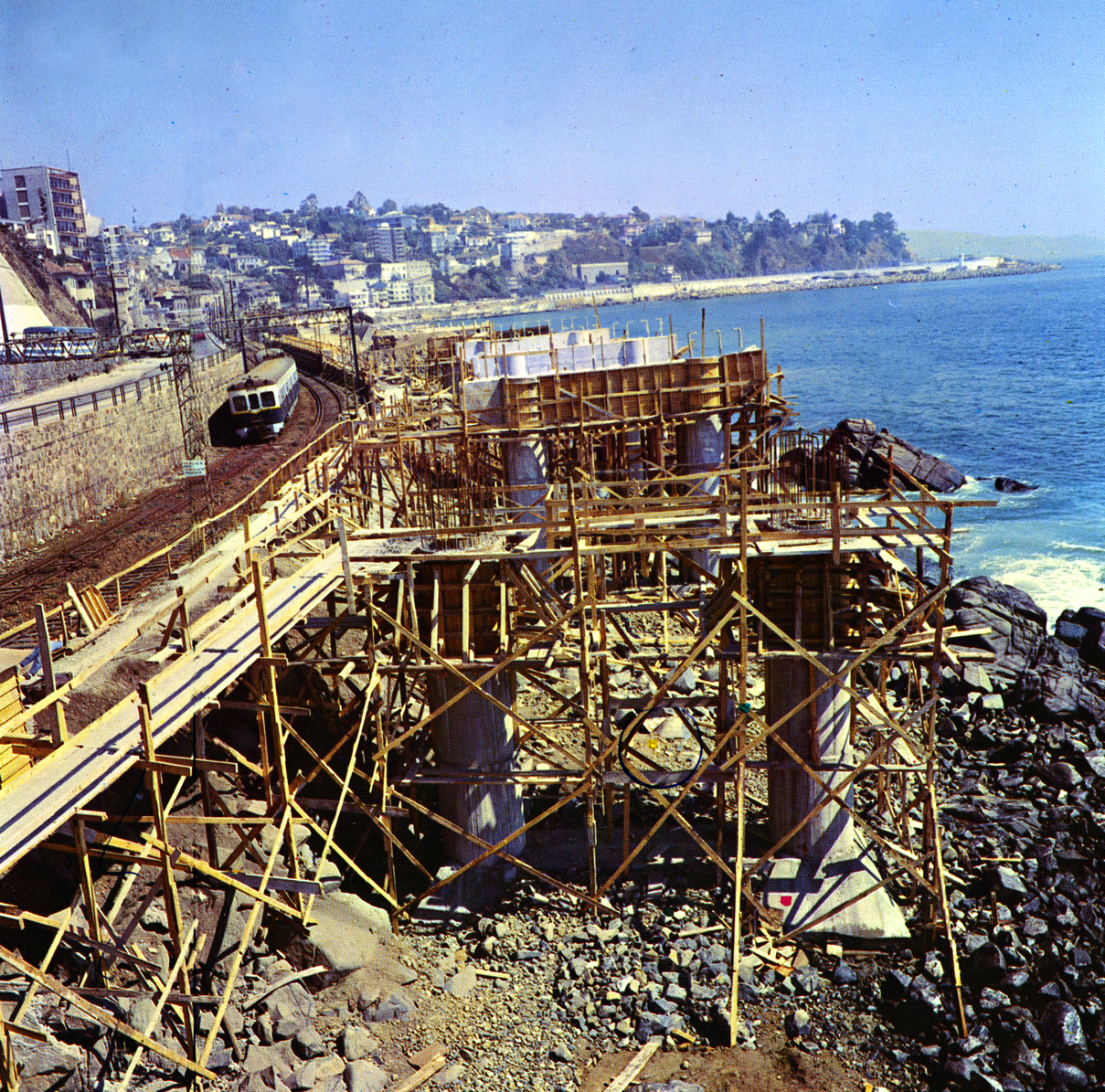 Enterreno - Fotos históricas de chile - fotos antiguas de Chile - Ampliación de avenida España, Puente Capuchinos, 1984