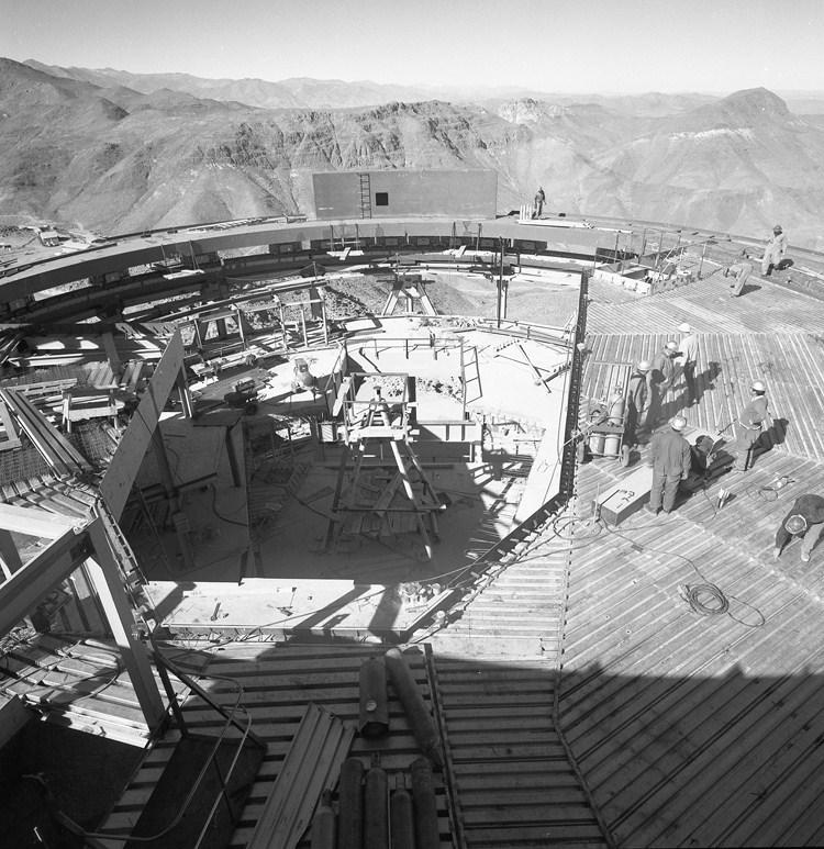 Enterreno - Fotos históricas de chile - fotos antiguas de Chile - Construcción del observatorio El Tololo, 1965