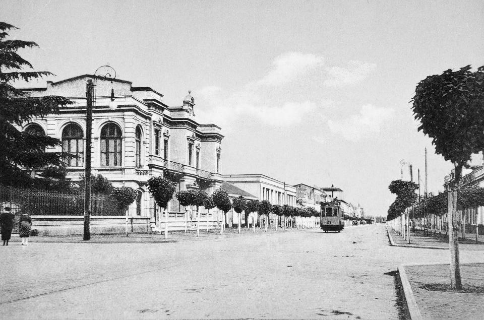 Enterreno - Fotos históricas de chile - fotos antiguas de Chile - Calle España de Santiago ca. 1920
