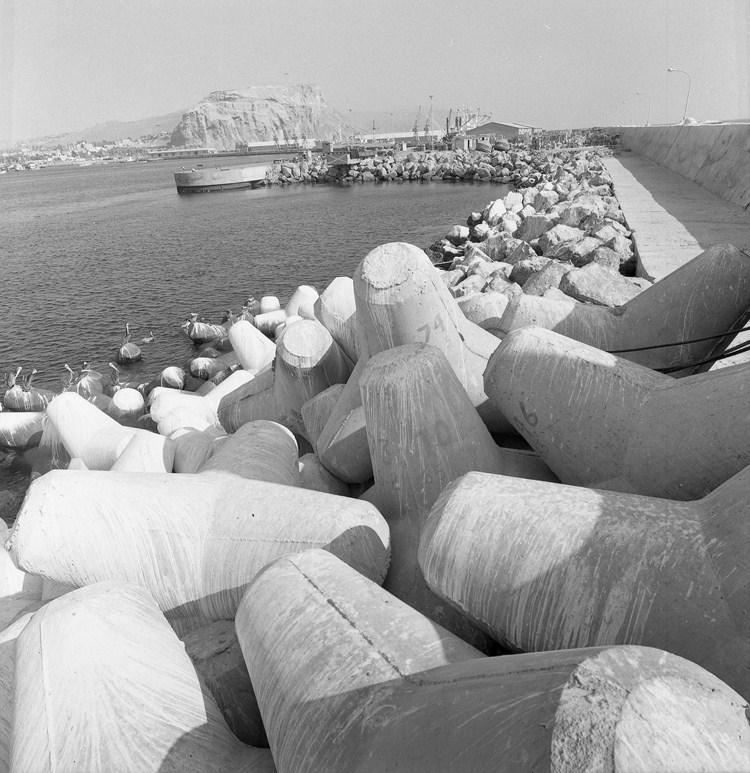 Enterreno - Fotos históricas de chile - fotos antiguas de Chile - Tetrápodos del puerto de Arica, 1966