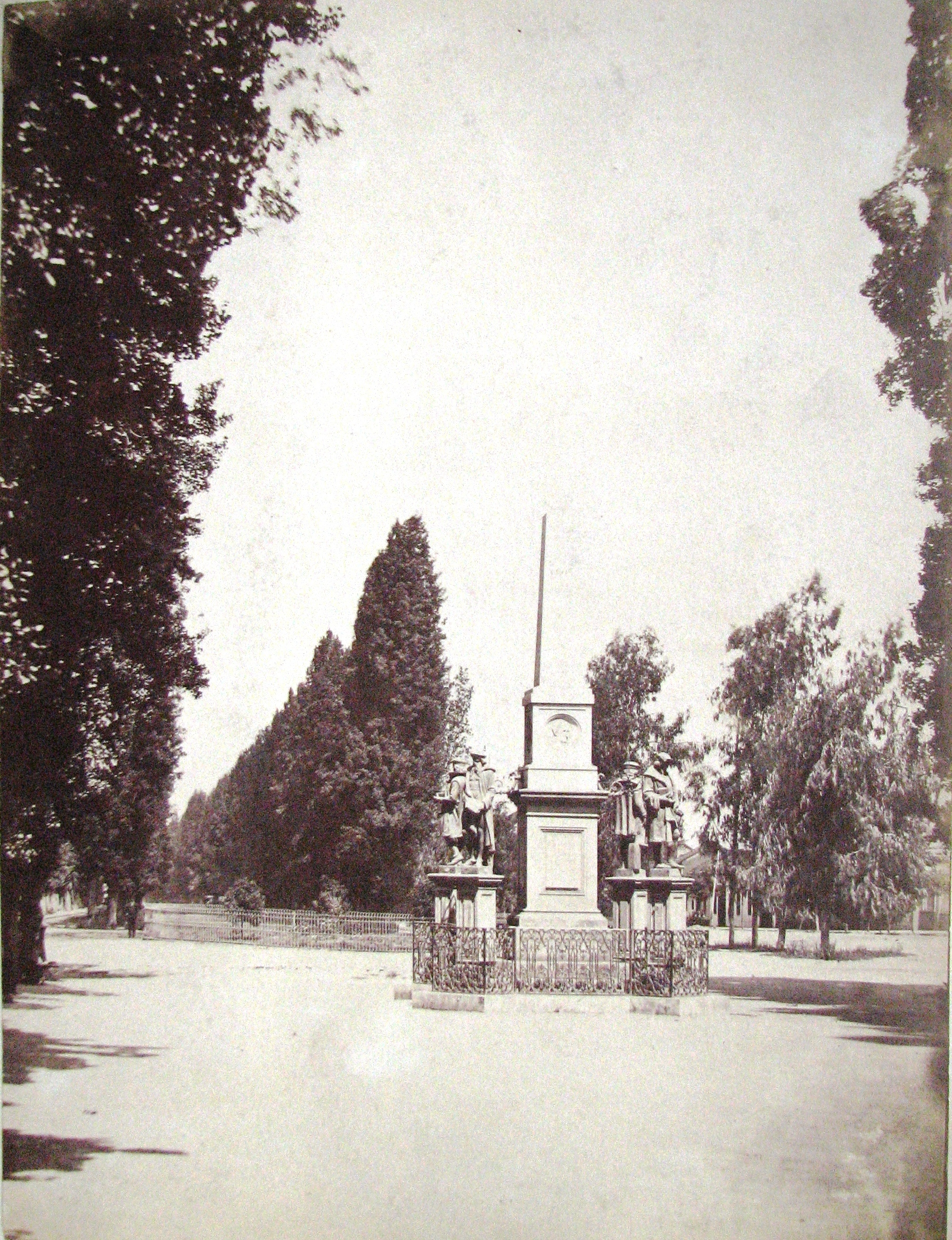 Enterreno - Fotos históricas de chile - fotos antiguas de Chile - Obelisco de la Alameda en 1880