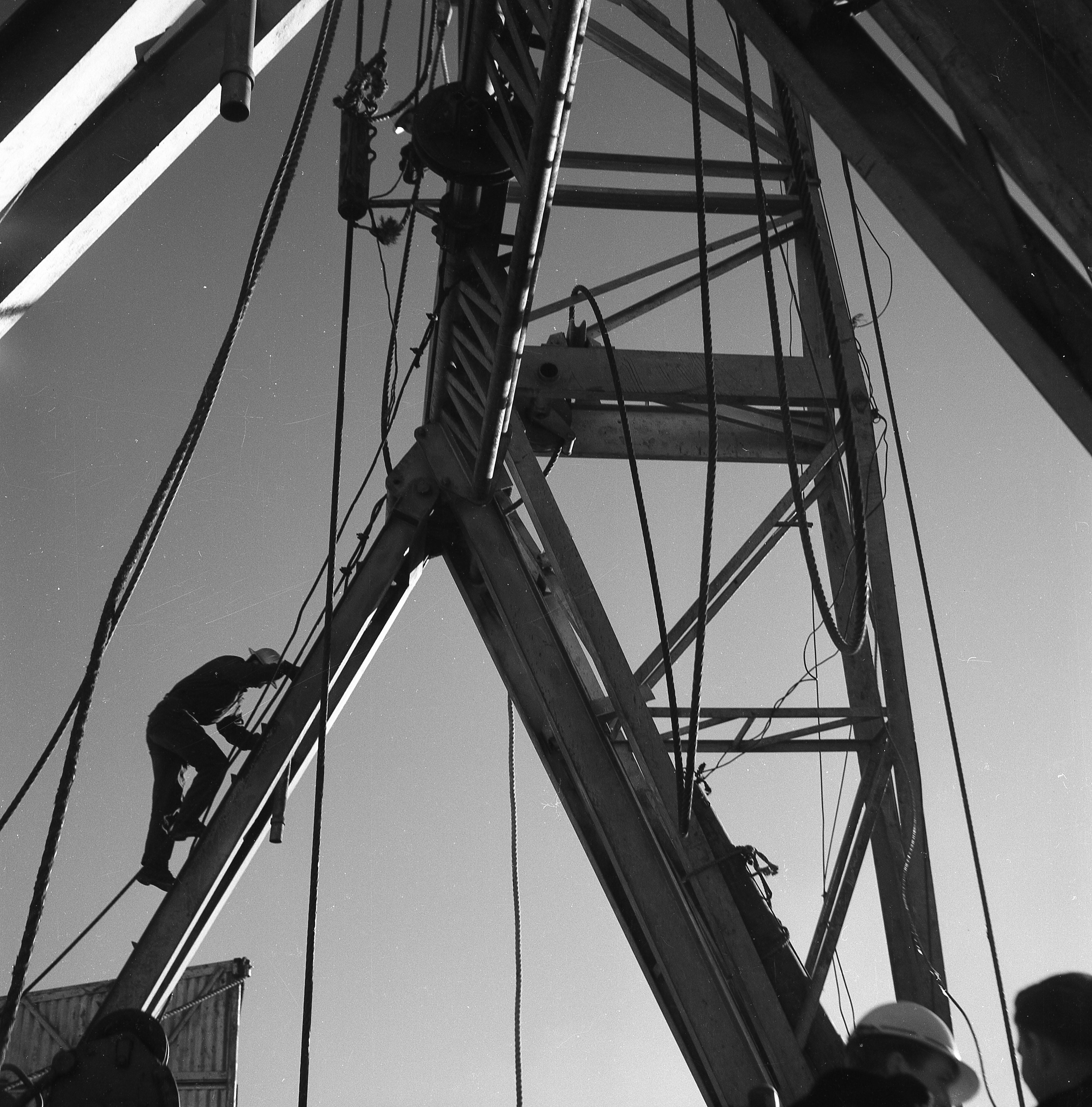 Enterreno - Fotos históricas de chile - fotos antiguas de Chile - Perforación de pozo petrolero Enap, Magallanes, 1960