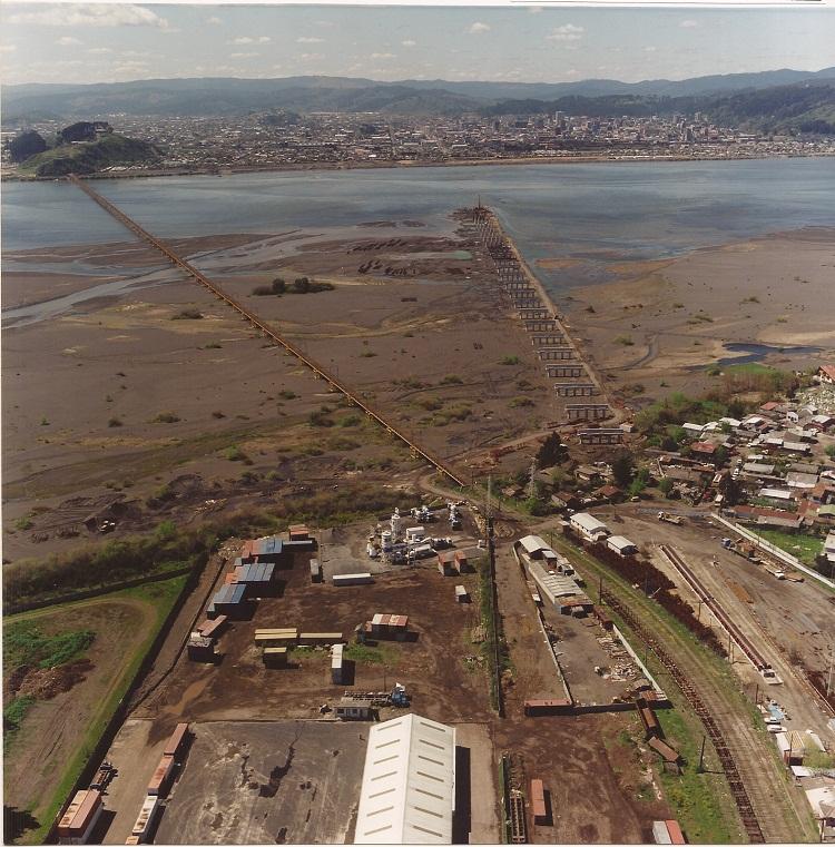 Enterreno - Fotos históricas de chile - fotos antiguas de Chile - Construcción del puente Llacolén,Concepción 1998