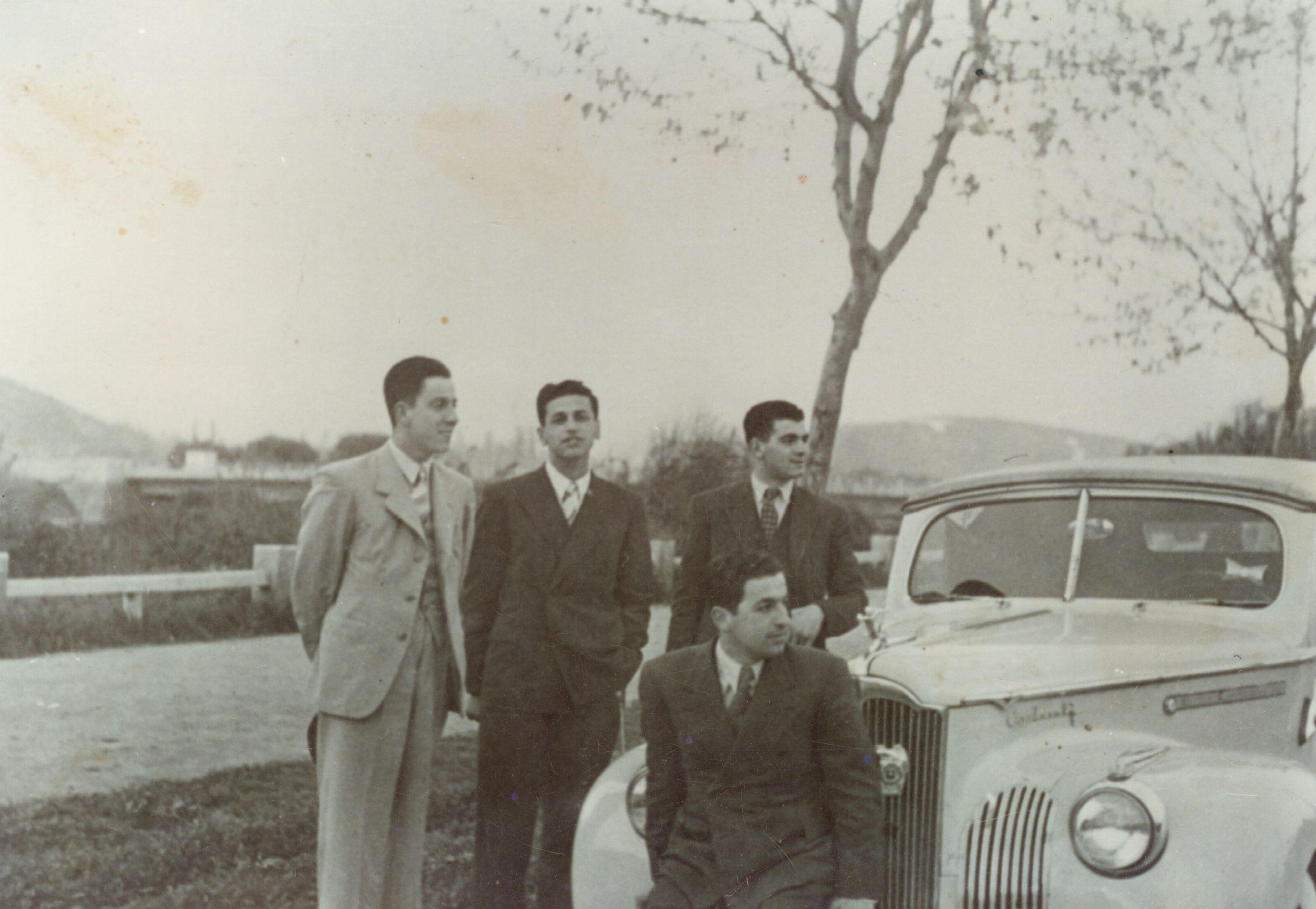 Enterreno - Fotos históricas de chile - fotos antiguas de Chile - Amigos con su Packard 1943