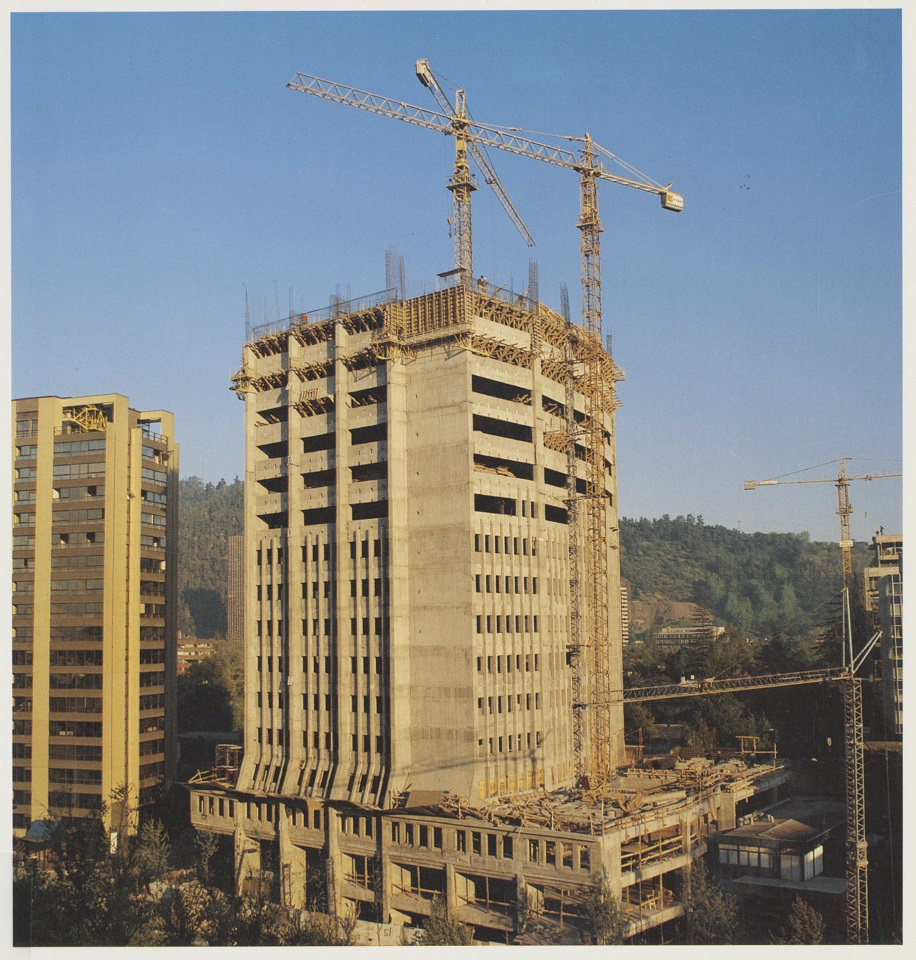 Enterreno - Fotos históricas de chile - fotos antiguas de Chile - Edificio CChC en construcción en 1988