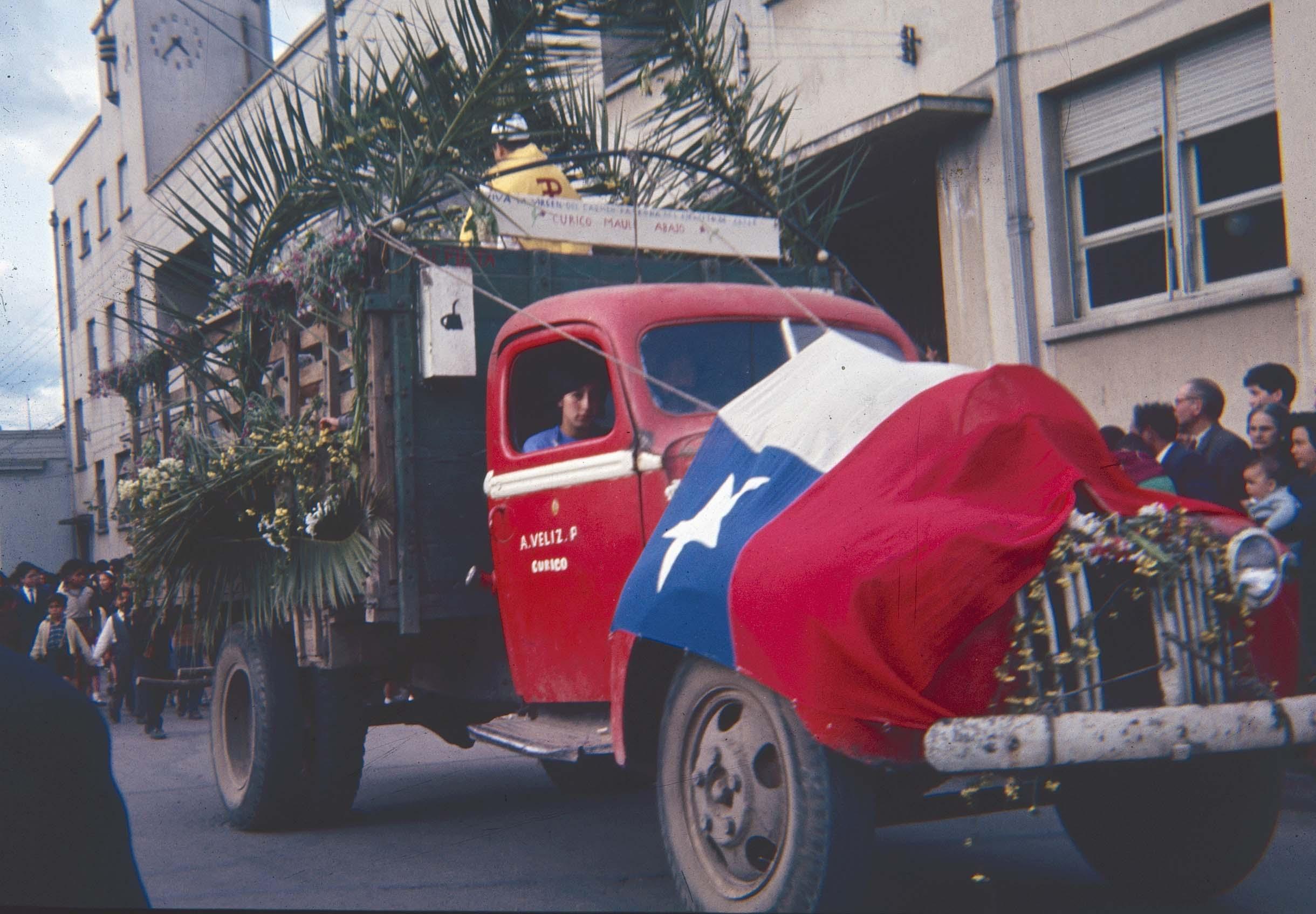 Enterreno - Fotos históricas de chile - fotos antiguas de Chile - Procesión por Curicó en los 60.