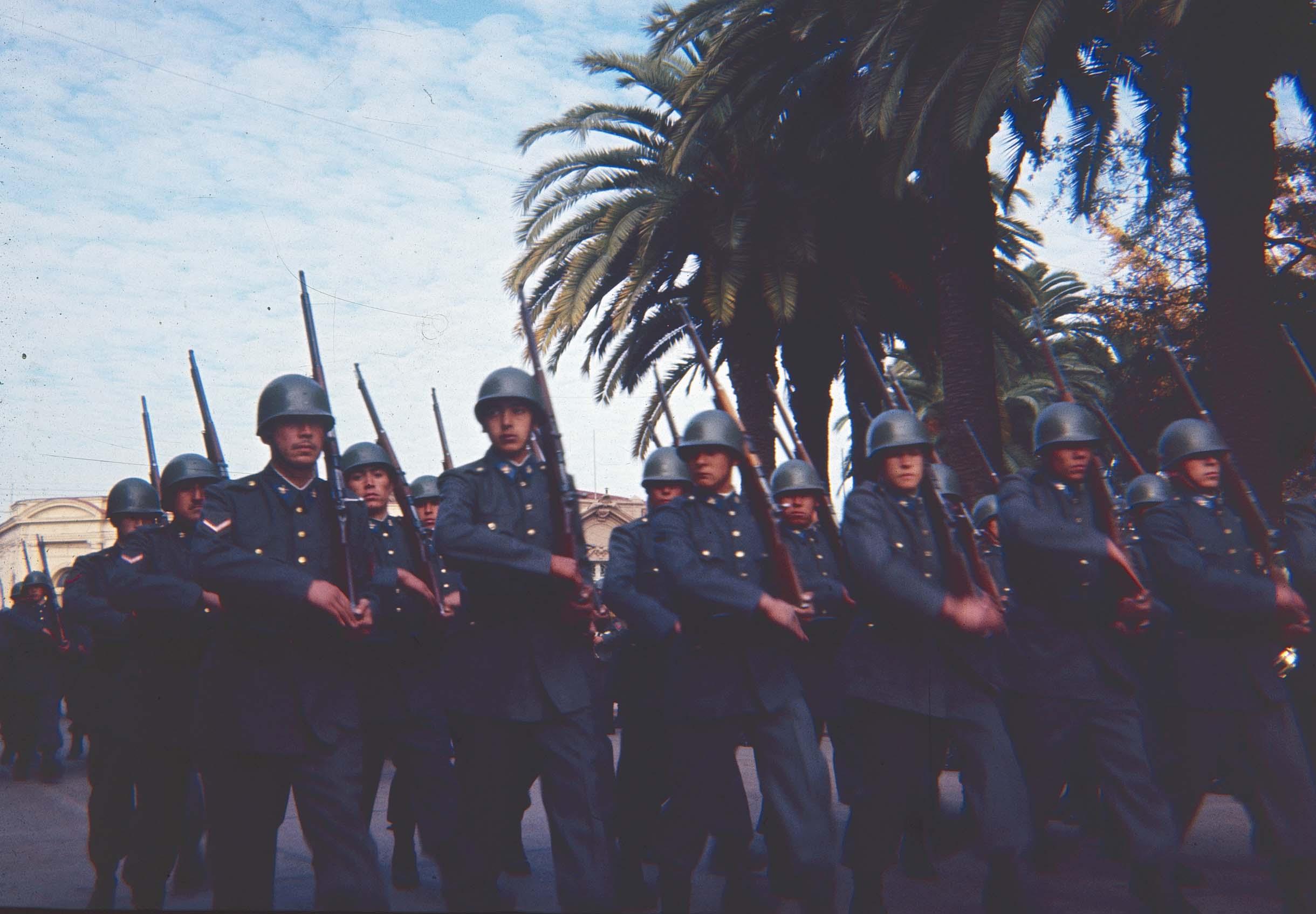 Enterreno - Fotos históricas de chile - fotos antiguas de Chile - Desfile en Curicó en los 60
