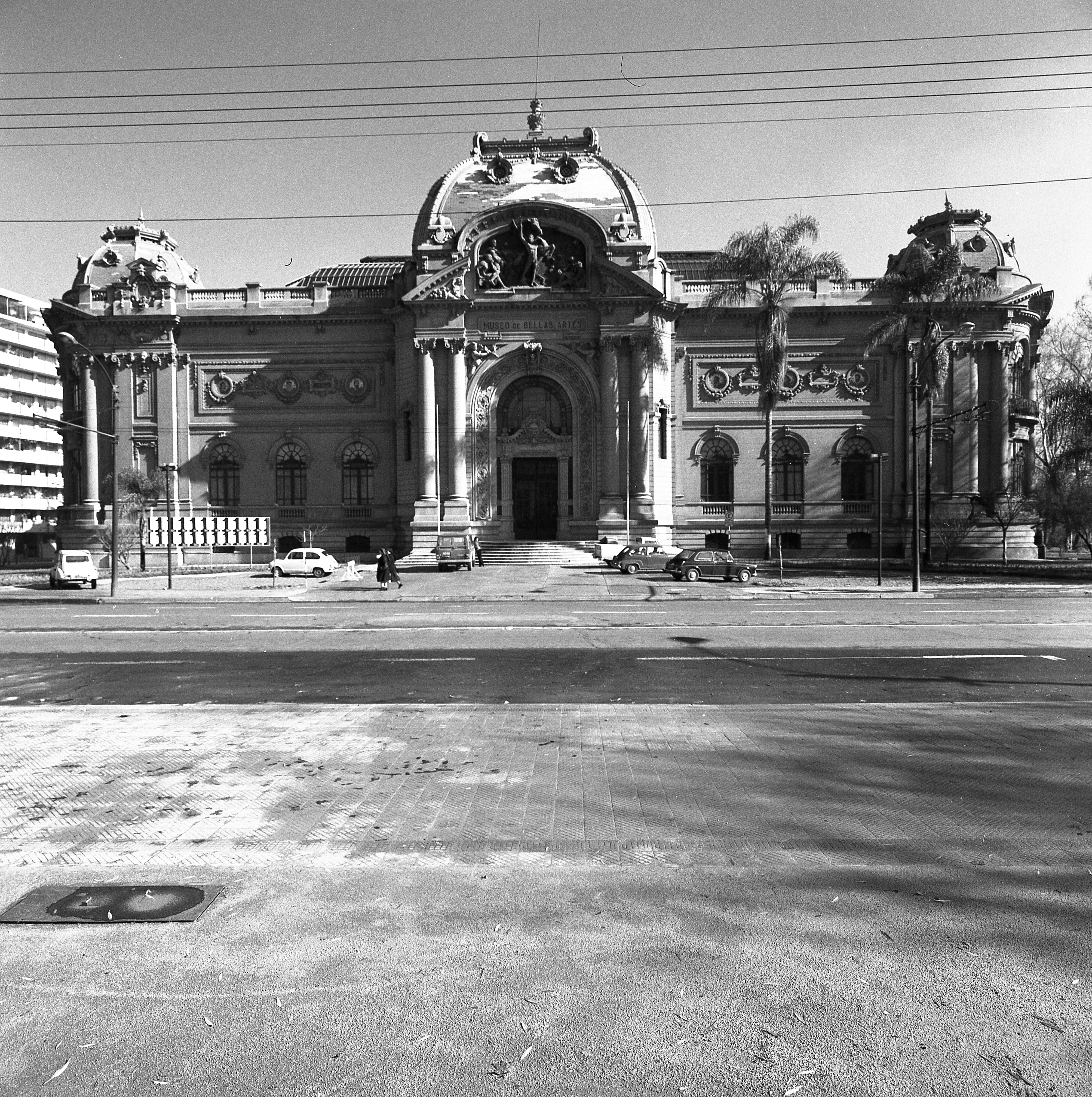 Enterreno - Fotos históricas de chile - fotos antiguas de Chile - Museo Nacional de Bellas Artes en 1975