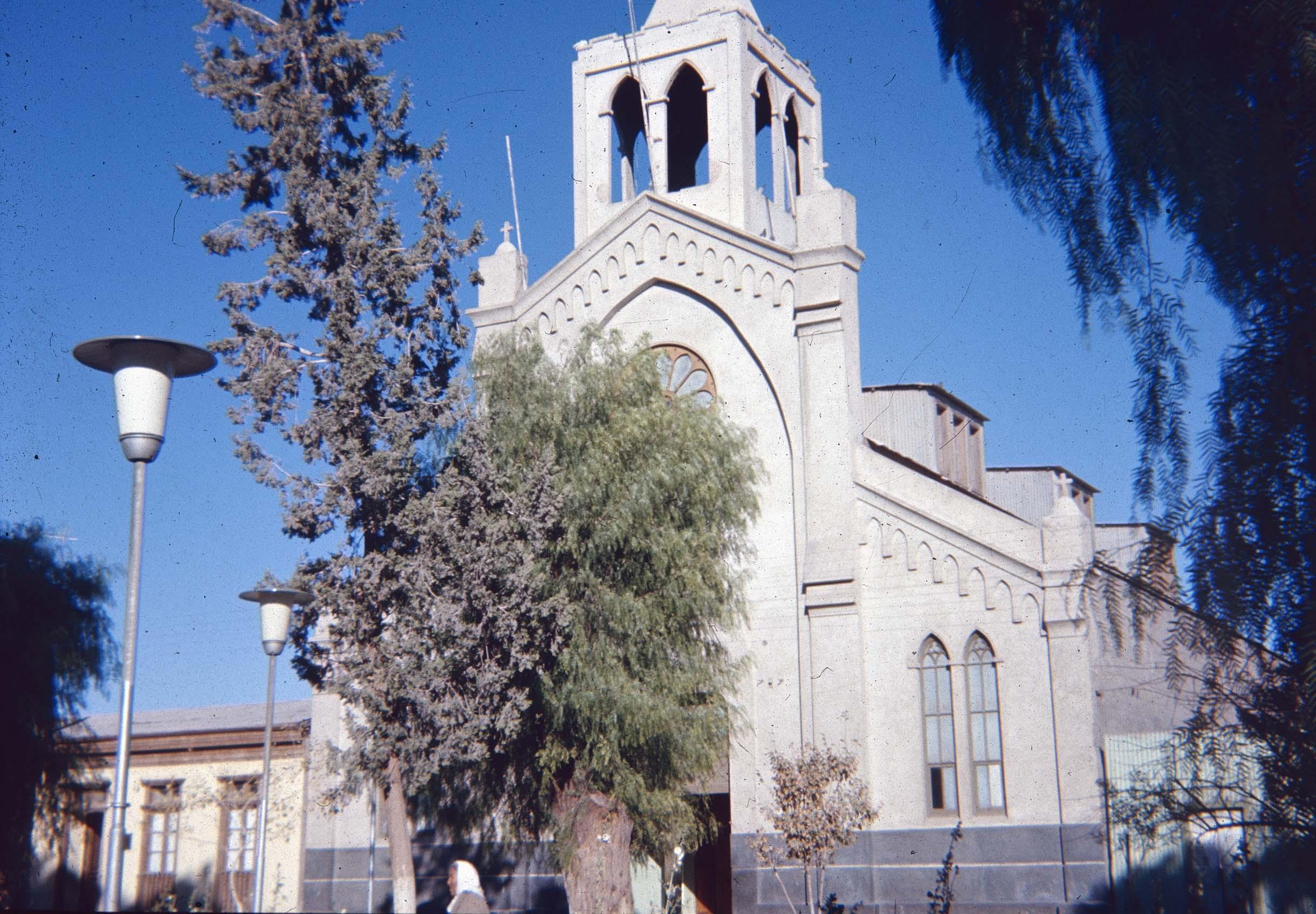 Enterreno - Fotos históricas de chile - fotos antiguas de Chile - Iglesia en Curicó en los 60