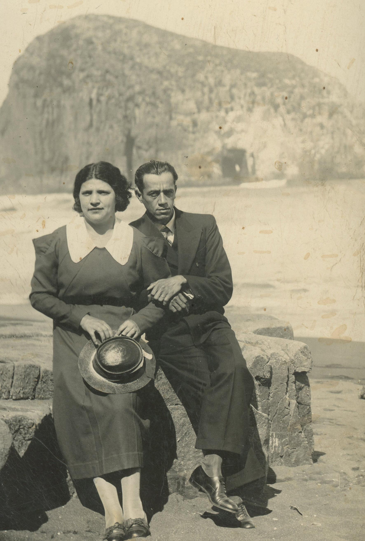 Enterreno - Fotos históricas de chile - fotos antiguas de Chile - Pareja en la playa Constitución en 1935