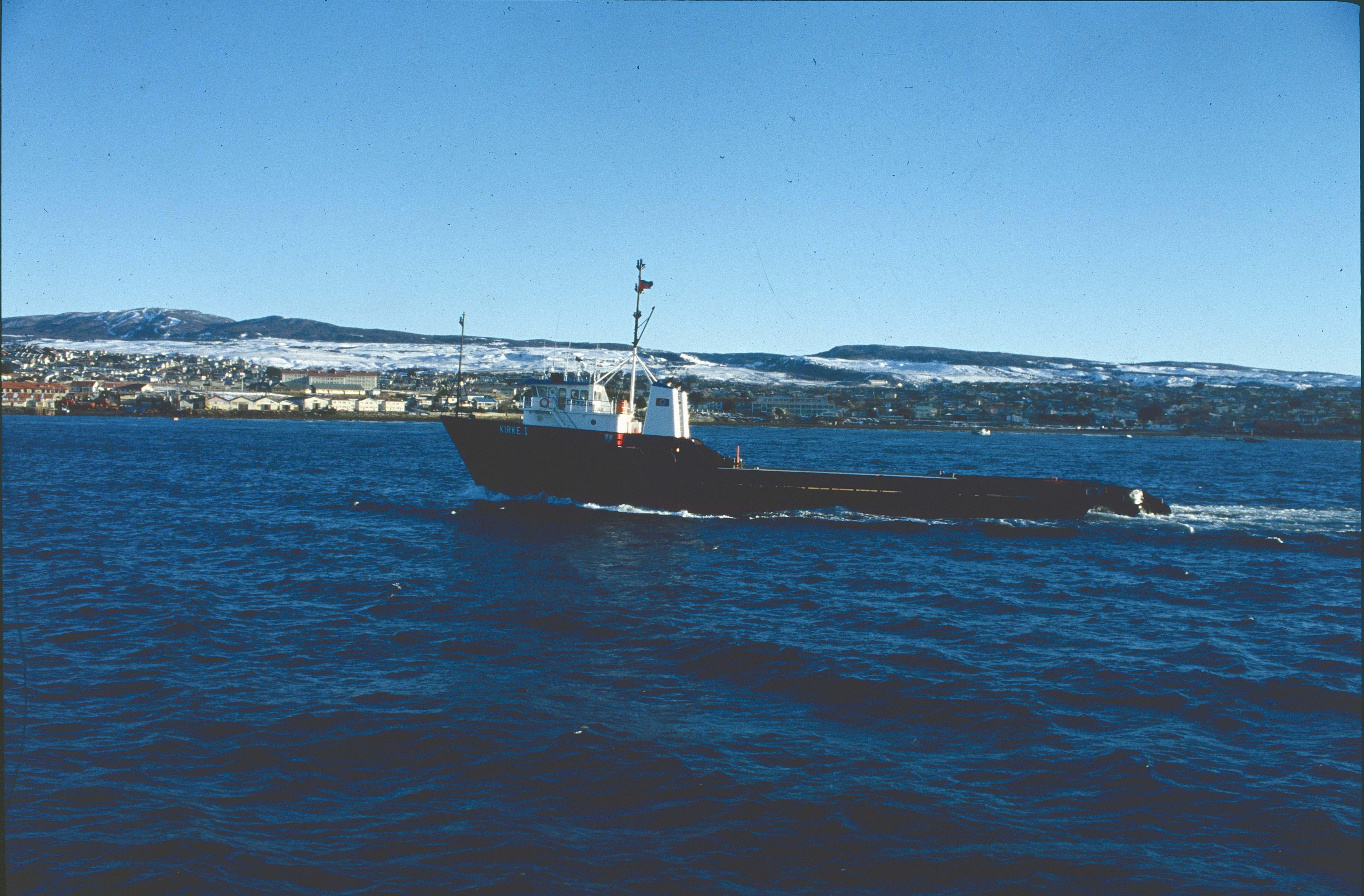 Enterreno - Fotos históricas de chile - fotos antiguas de Chile - Barco frente a Punta Arenas, 1990