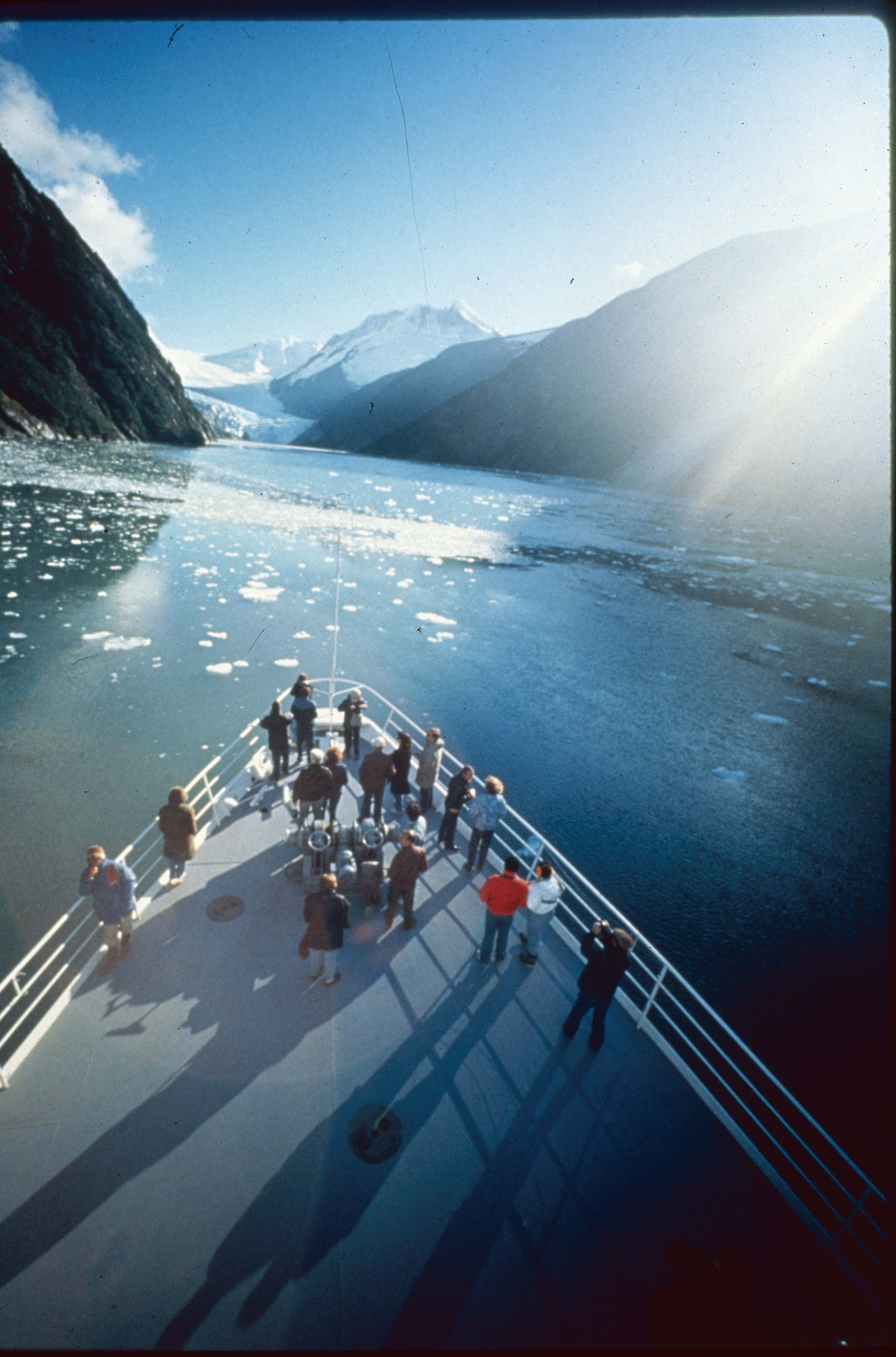 Enterreno - Fotos históricas de chile - fotos antiguas de Chile - Crucero Australis y turistas, 1990