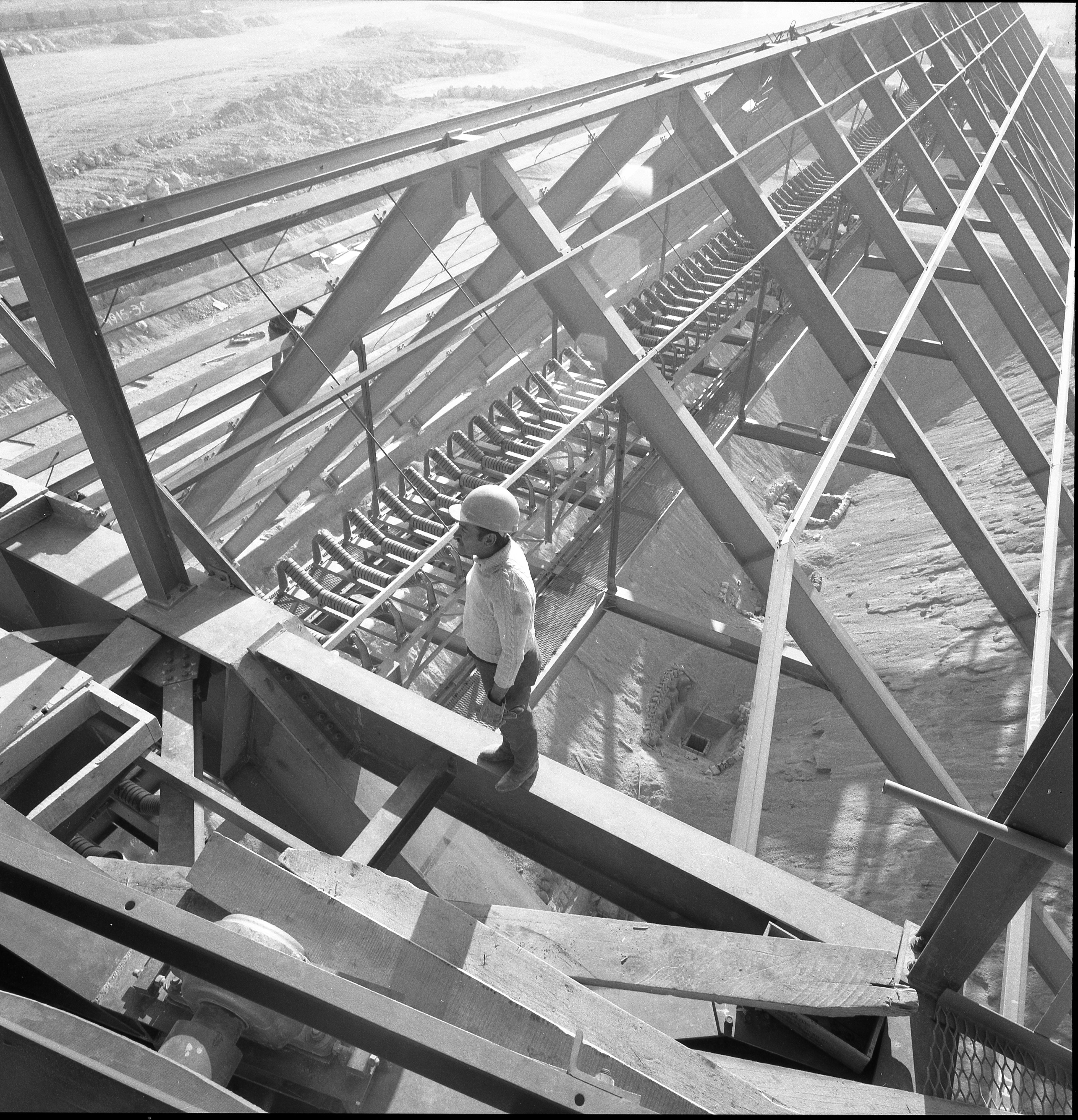 Enterreno - Fotos históricas de chile - fotos antiguas de Chile - Trabajos en Cementos Melon, 1965
