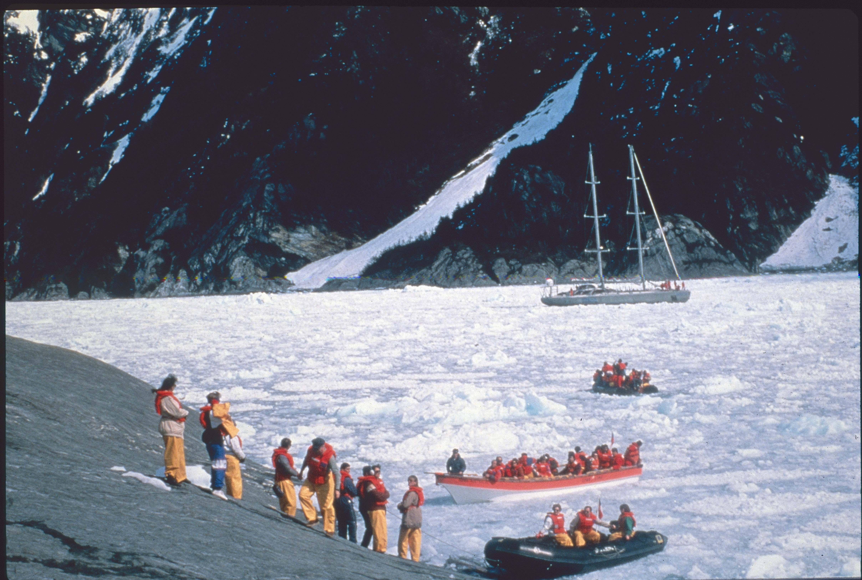 Enterreno - Fotos históricas de chile - fotos antiguas de Chile - Turistas conociendo un glaciar en 1991