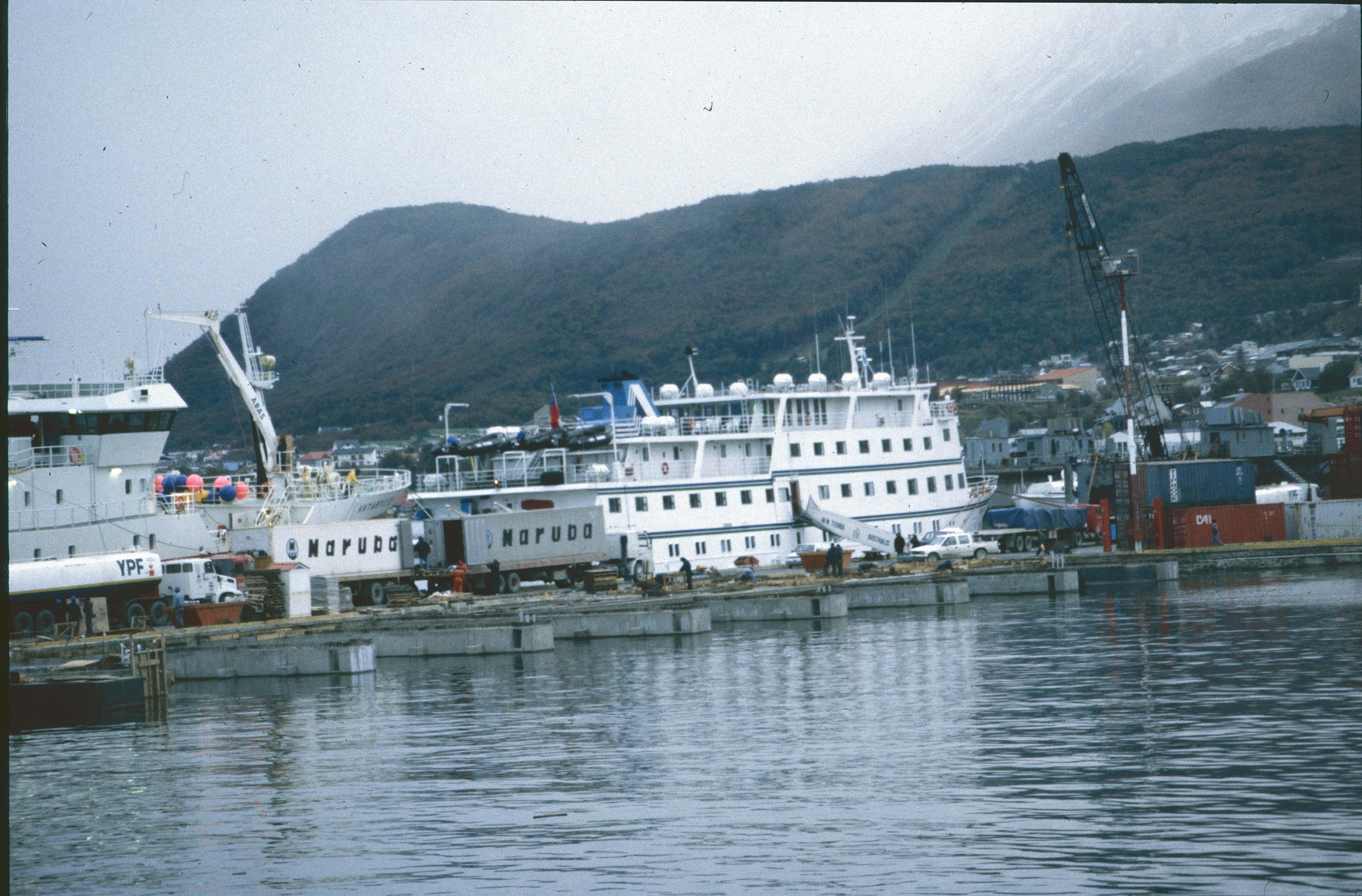 Enterreno - Fotos históricas de chile - fotos antiguas de Chile - Cruceros en Punta Arenas, 1990