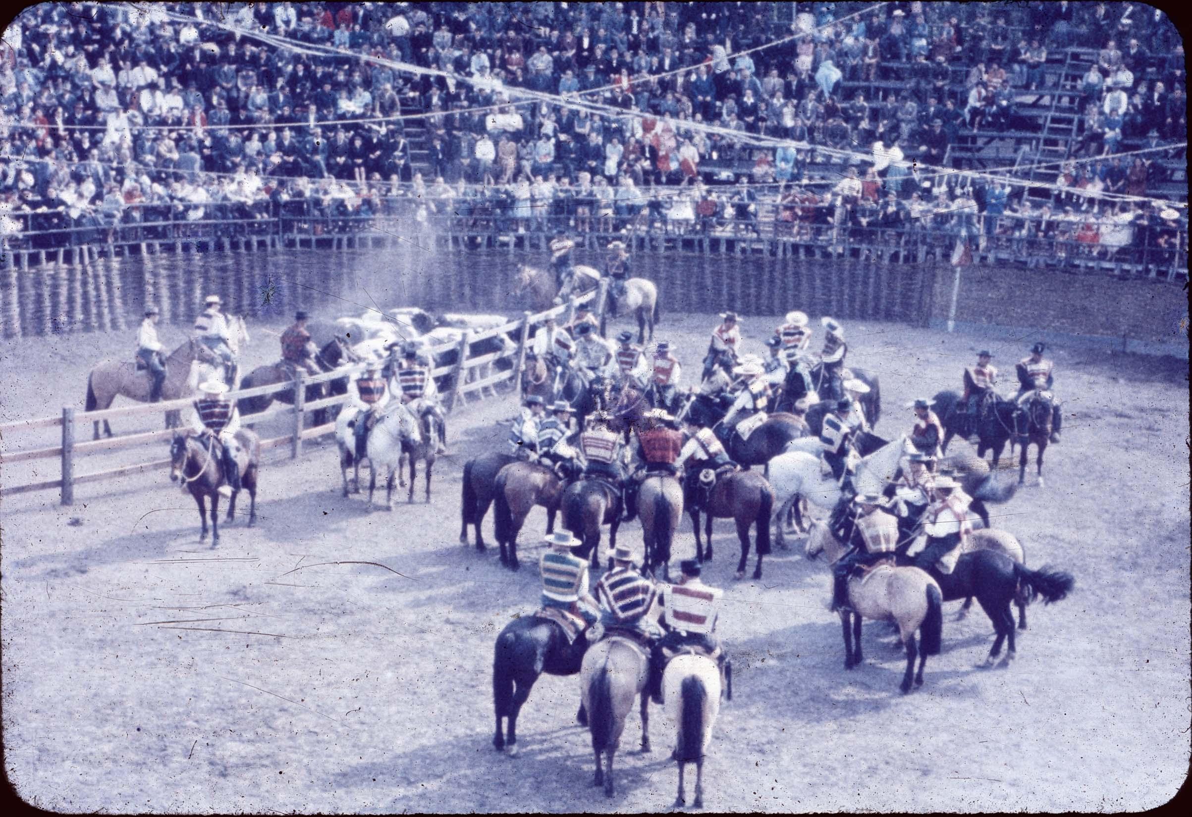 Enterreno - Fotos históricas de chile - fotos antiguas de Chile - Huasos en rodeo de Curicó en los 60