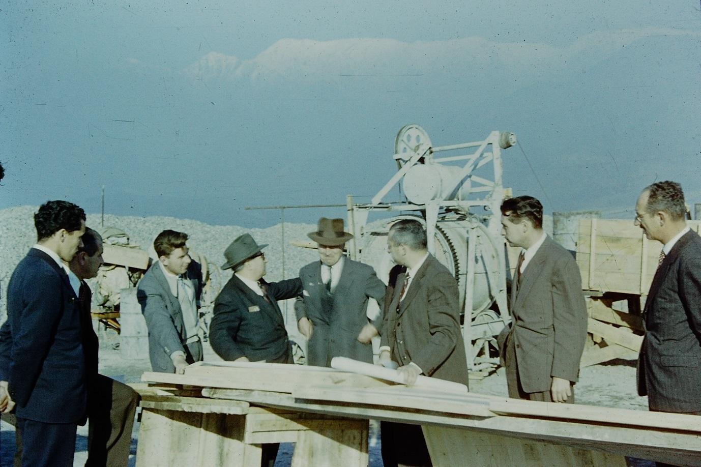 Enterreno - Fotos históricas de chile - fotos antiguas de Chile - Construcción observatorio Cerro Calán en 1958
