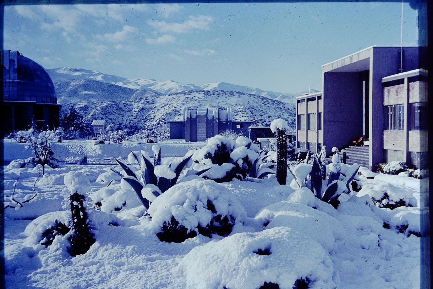Enterreno - Fotos históricas de chile - fotos antiguas de Chile - DNevada en el Observatorio Cerro Calán en los 60s