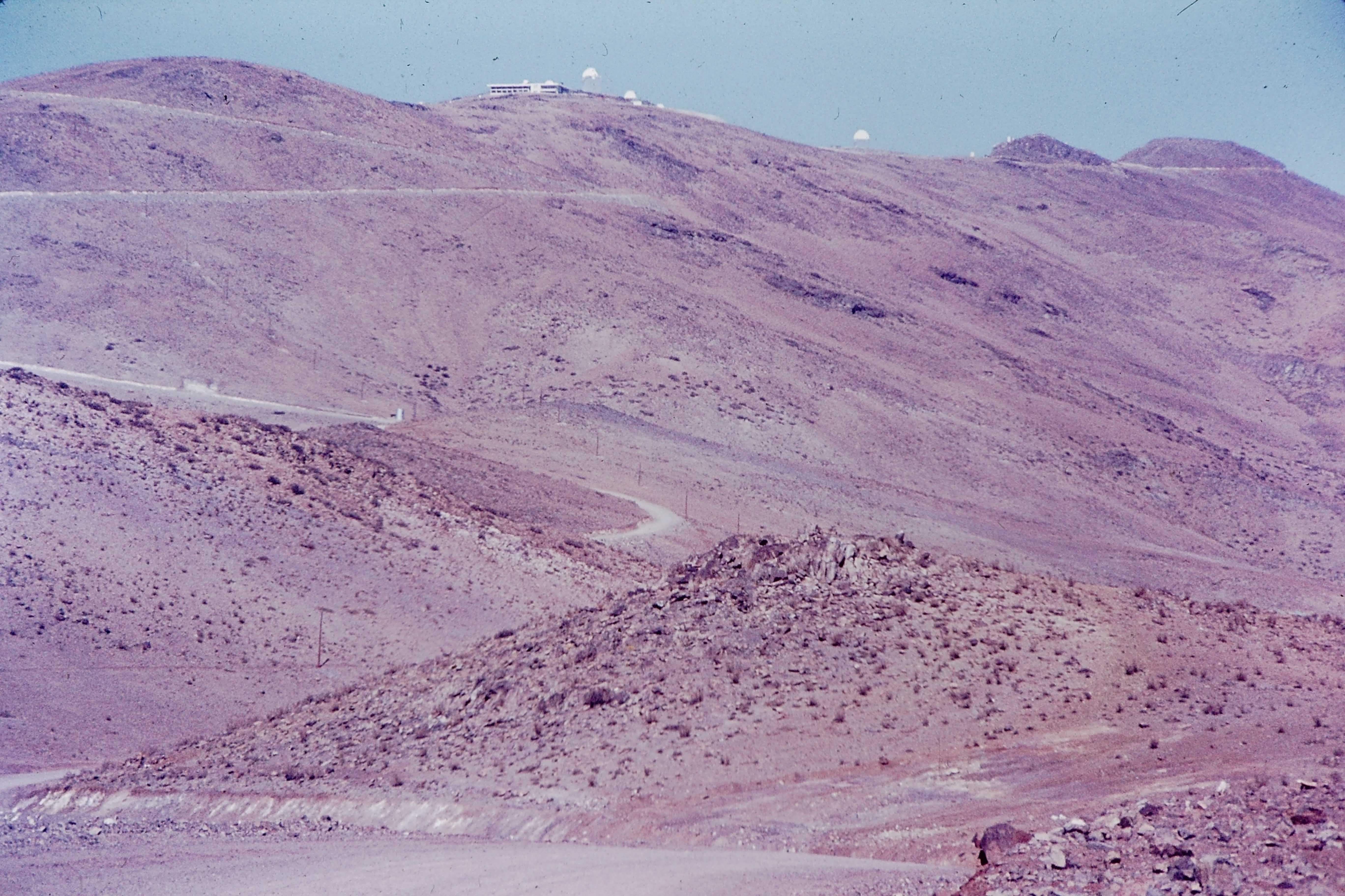 Enterreno - Fotos históricas de chile - fotos antiguas de Chile - Vista al Observatorio Cerro La Silla, 70s