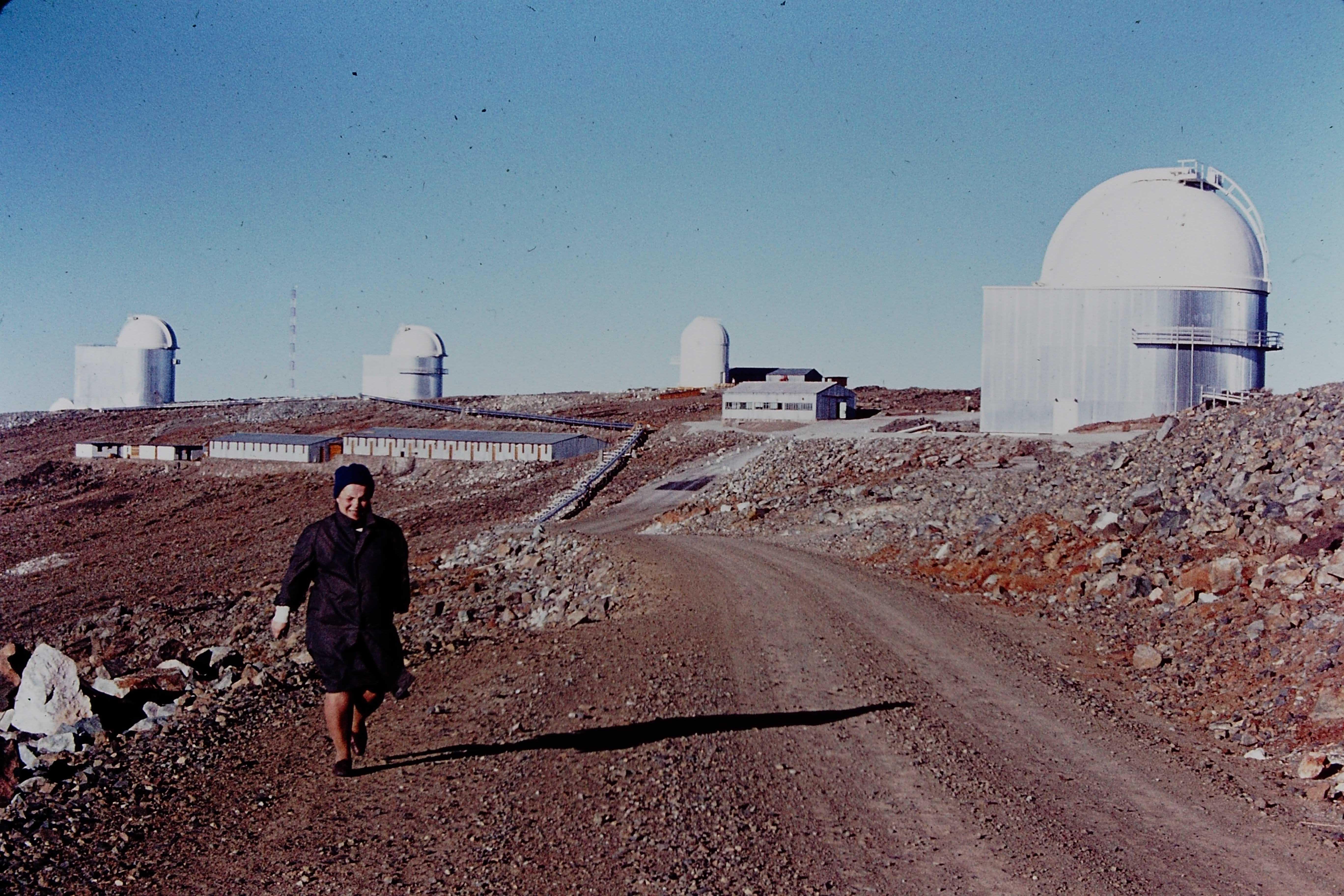 Enterreno - Fotos históricas de chile - fotos antiguas de Chile - Camino a la cumbre del Cerro La Silla, 70s