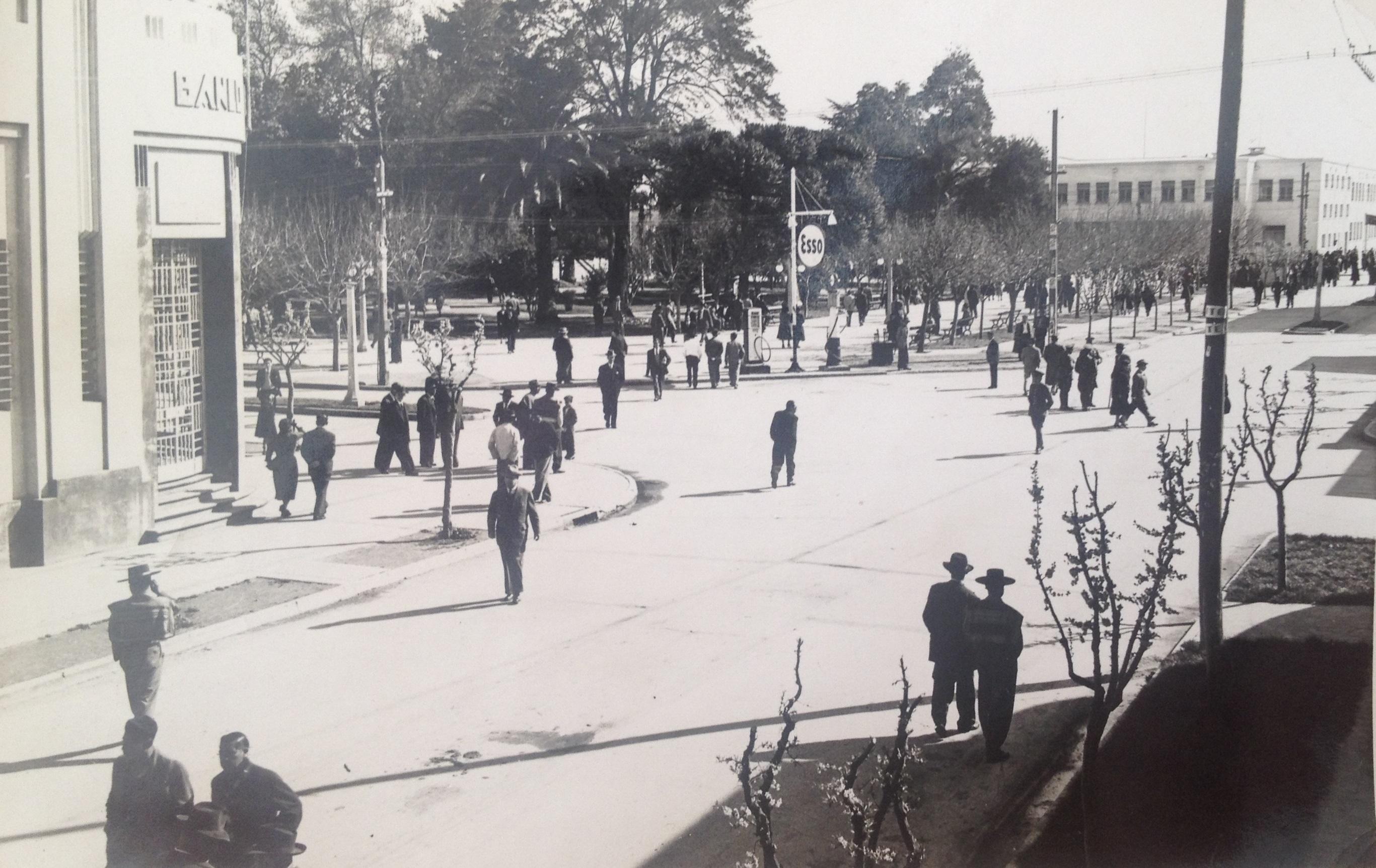 Enterreno - Fotos históricas de chile - fotos antiguas de Chile - Plaza de Armas de Cauquenes en 1945