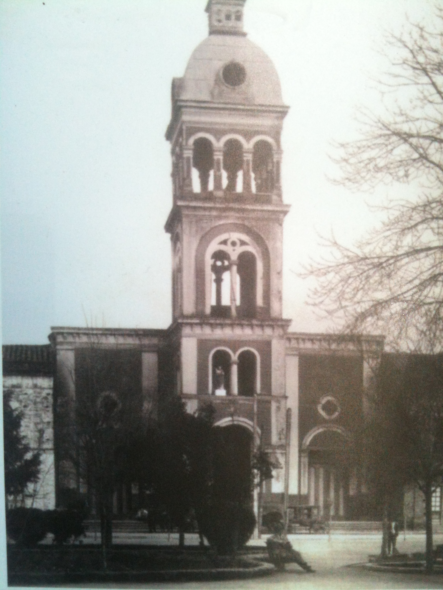 Enterreno - Fotos históricas de chile - fotos antiguas de Chile - Iglesia de Santo Domingo Cauquenes en 1902