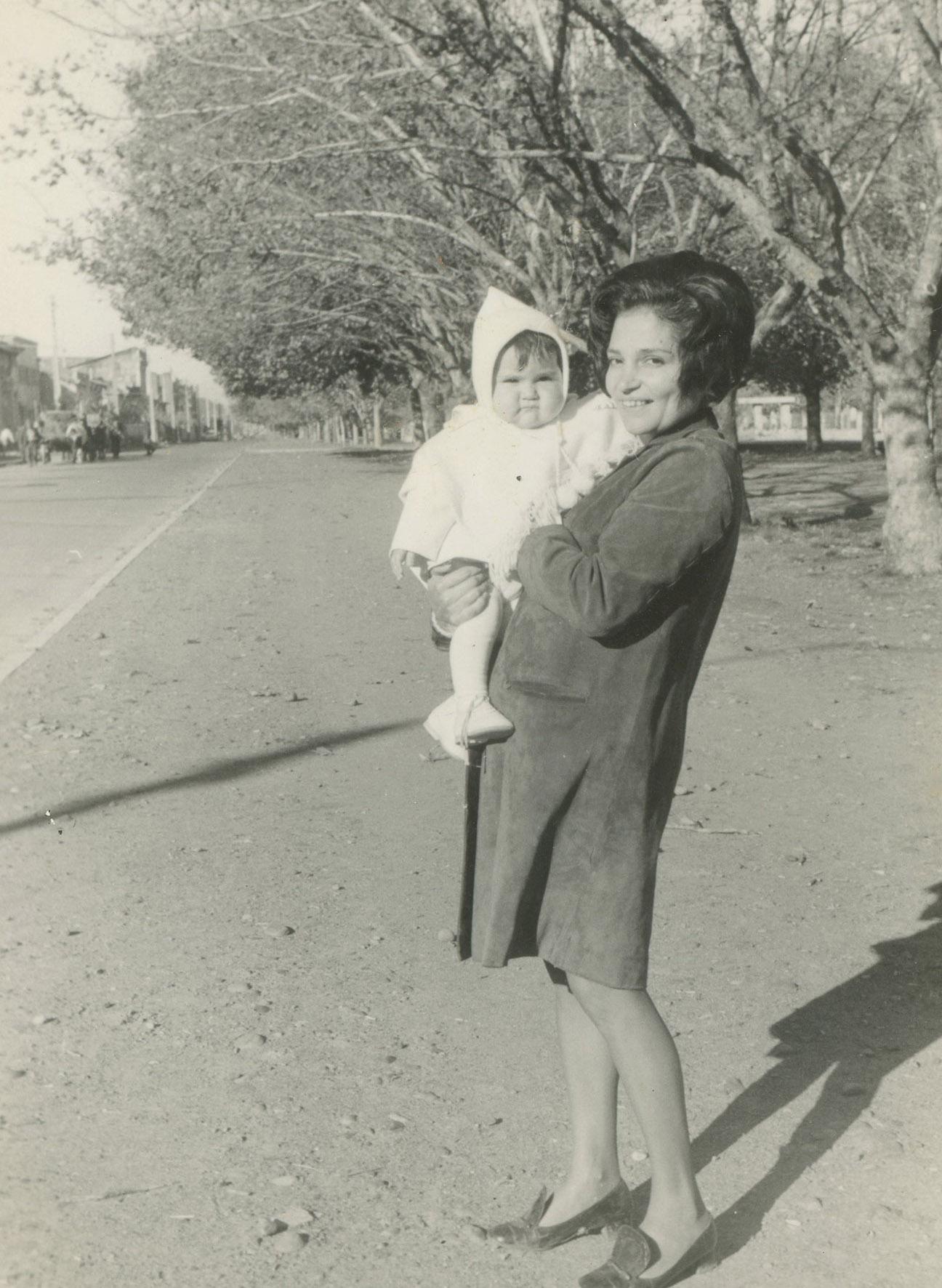 Enterreno - Fotos históricas de chile - fotos antiguas de Chile - Madre e hijo en Talca en 1969