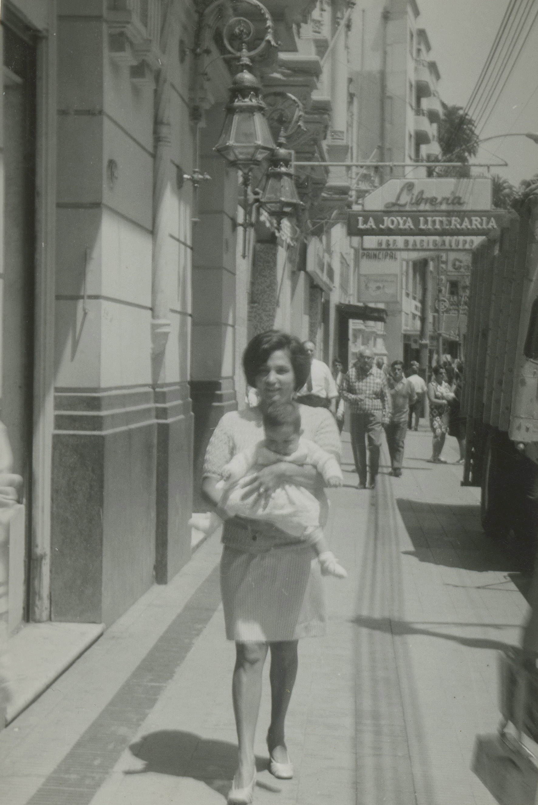 Enterreno - Fotos históricas de chile - fotos antiguas de Chile - Calle Condell, Valparaíso en 1969
