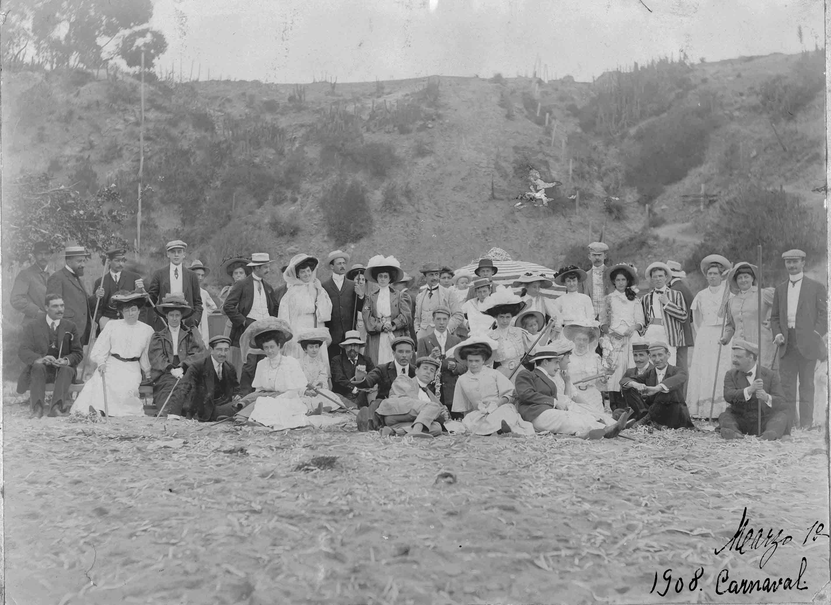 Enterreno - Fotos históricas de chile - fotos antiguas de Chile - Carnaval en la Playa de Zapallar en 1908