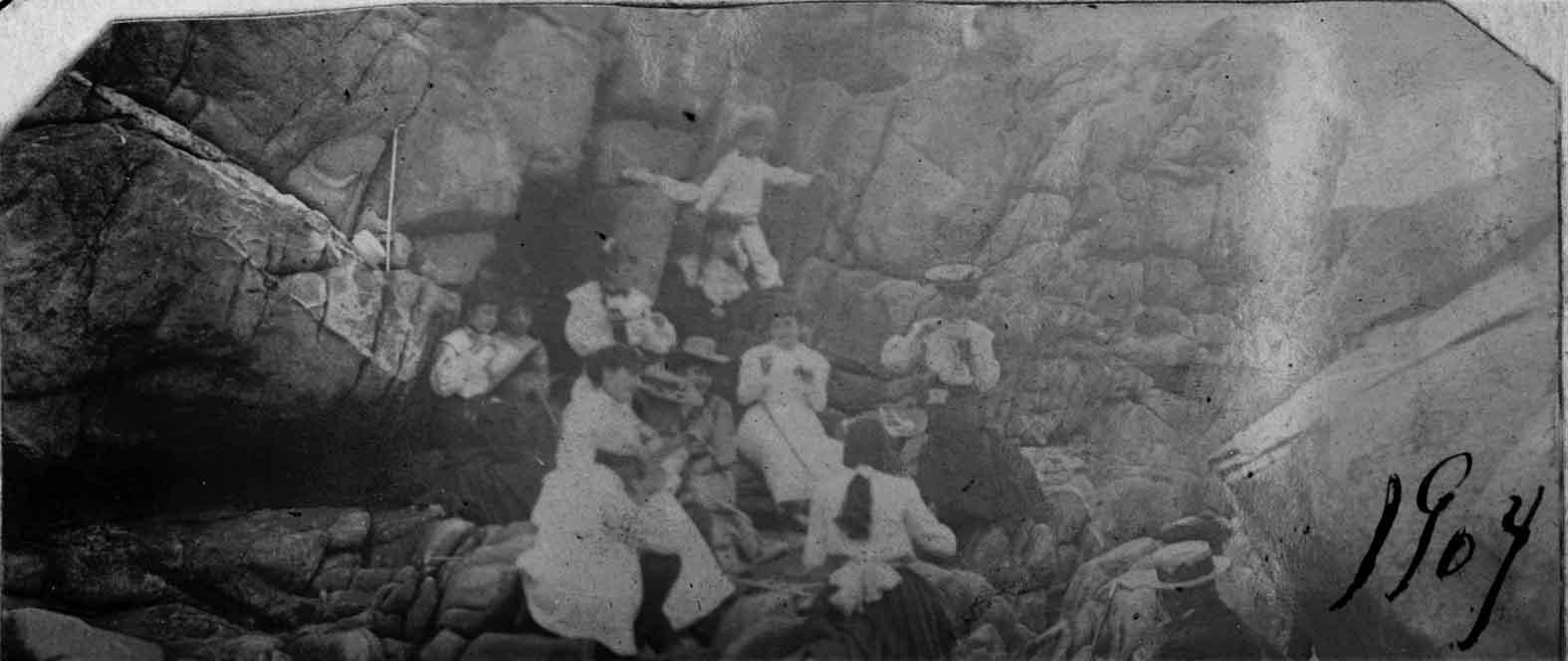 Enterreno - Fotos históricas de chile - fotos antiguas de Chile - Rocas de Zapallar en 1905