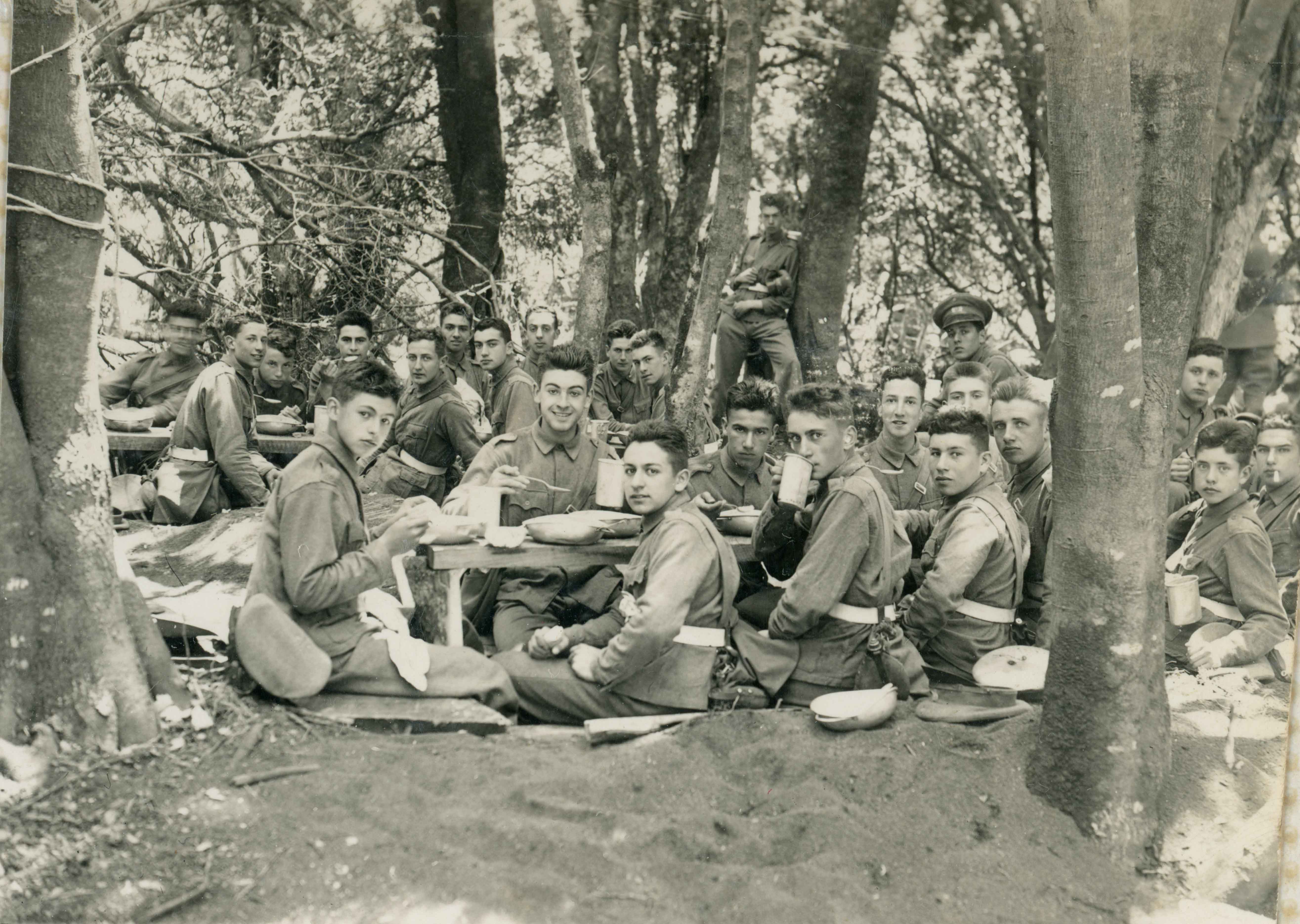 Enterreno - Fotos históricas de chile - fotos antiguas de Chile - Almuerzo de cadetes en 1943