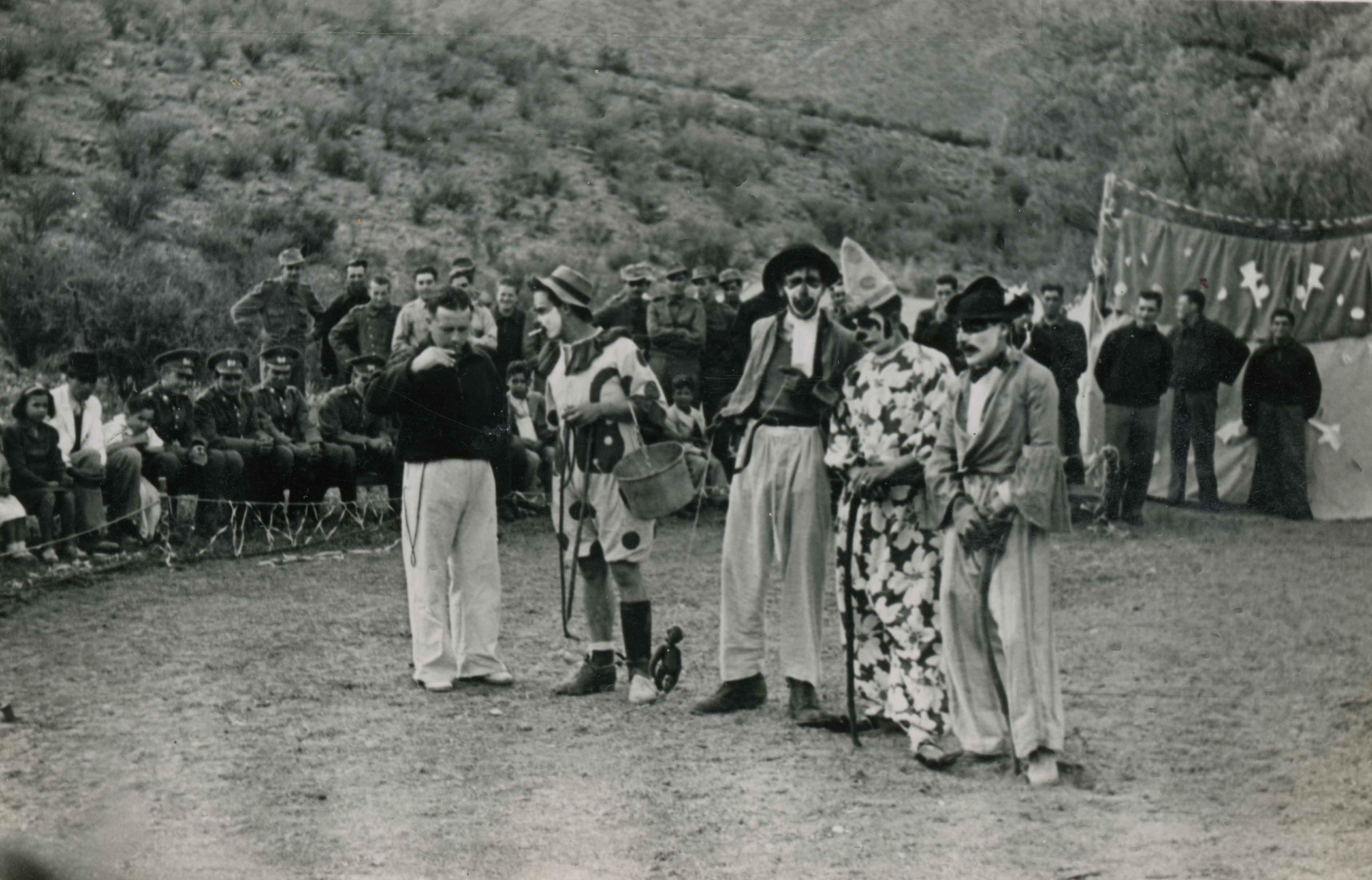Enterreno - Fotos históricas de chile - fotos antiguas de Chile - Circo en la Campaña de cadetes en 1943