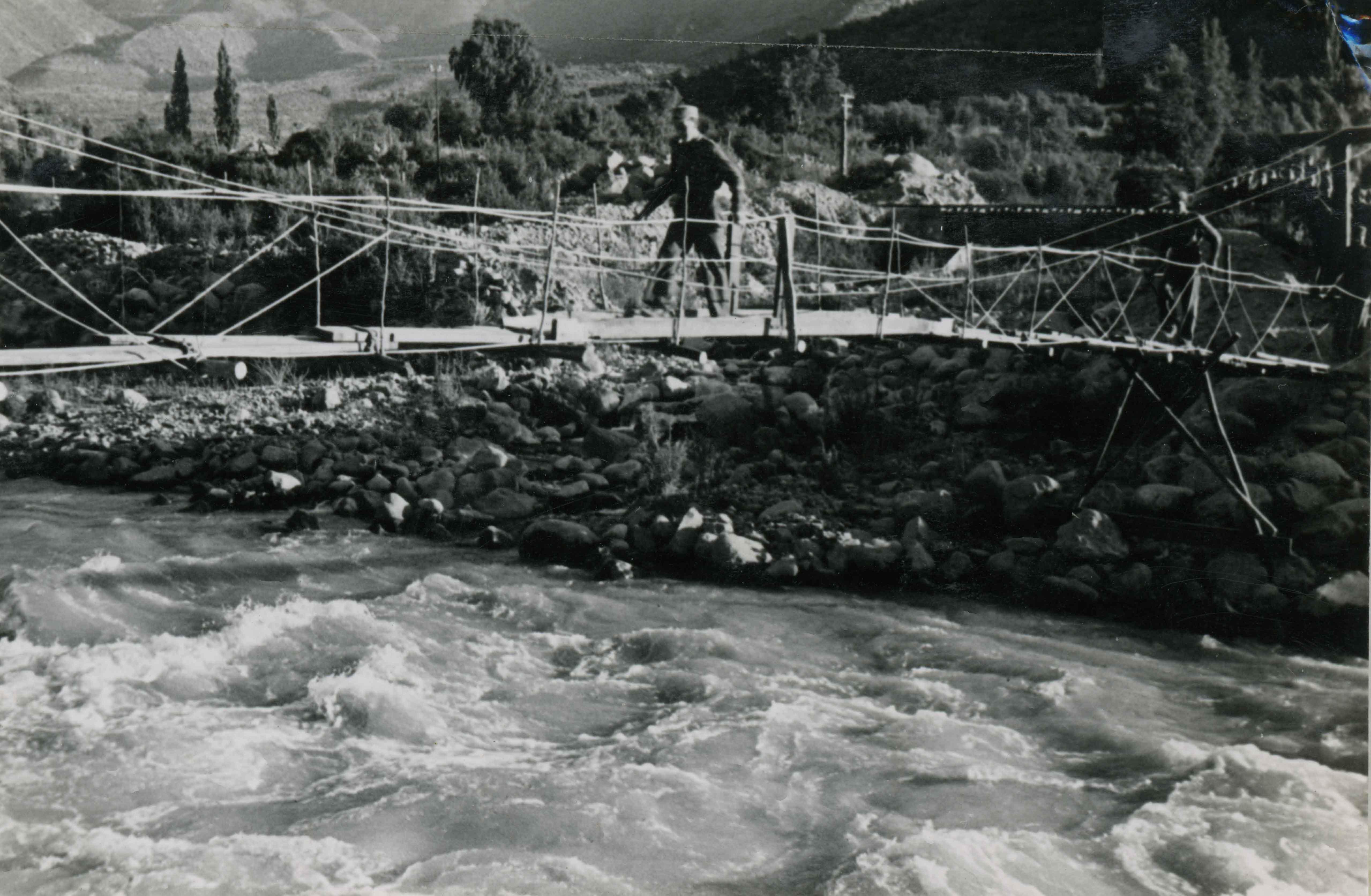 Enterreno - Fotos históricas de chile - fotos antiguas de Chile - Pasarela sobre el Río Aconcagua en 1946